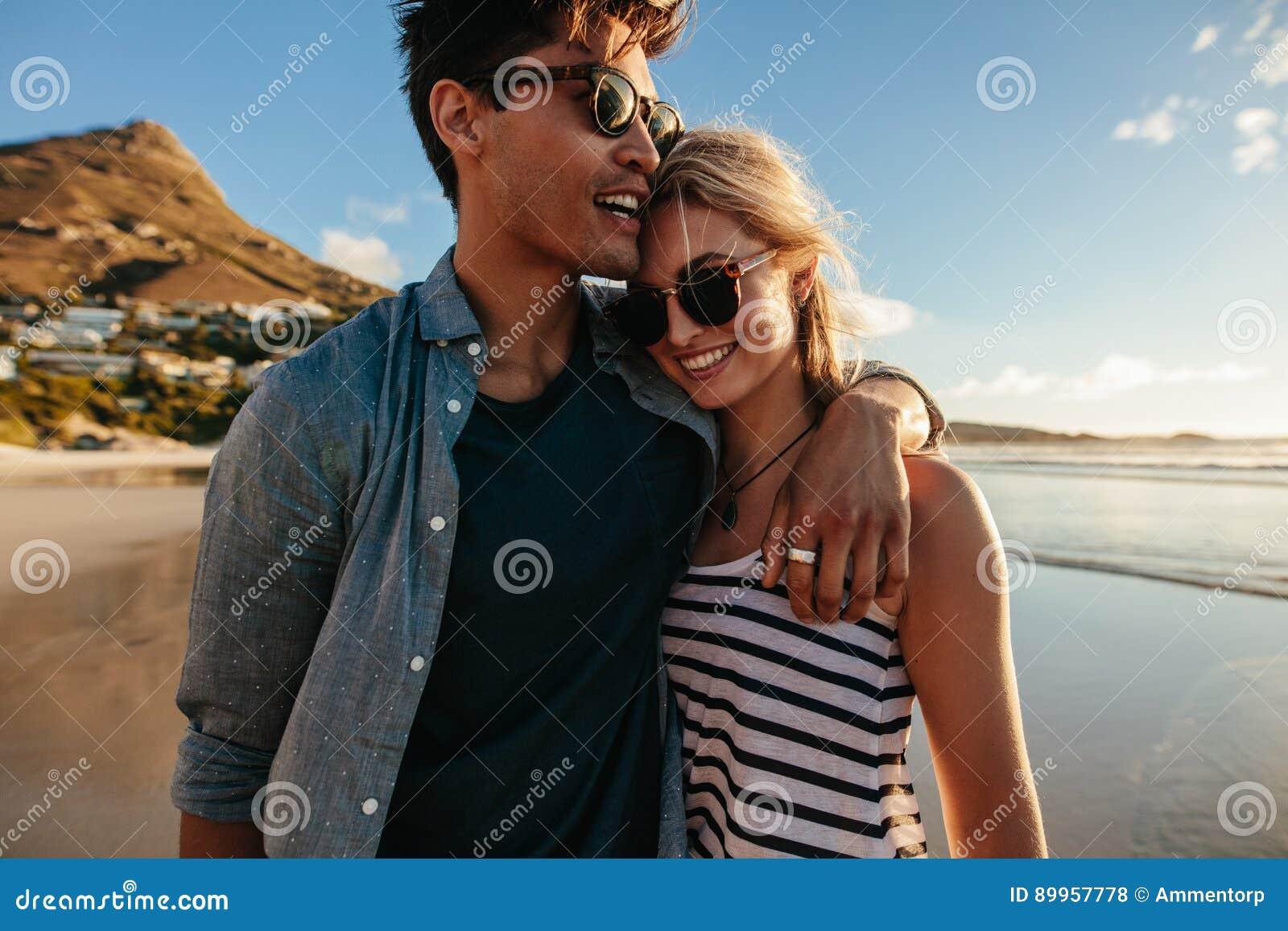 Älska barnpar som går på stranden