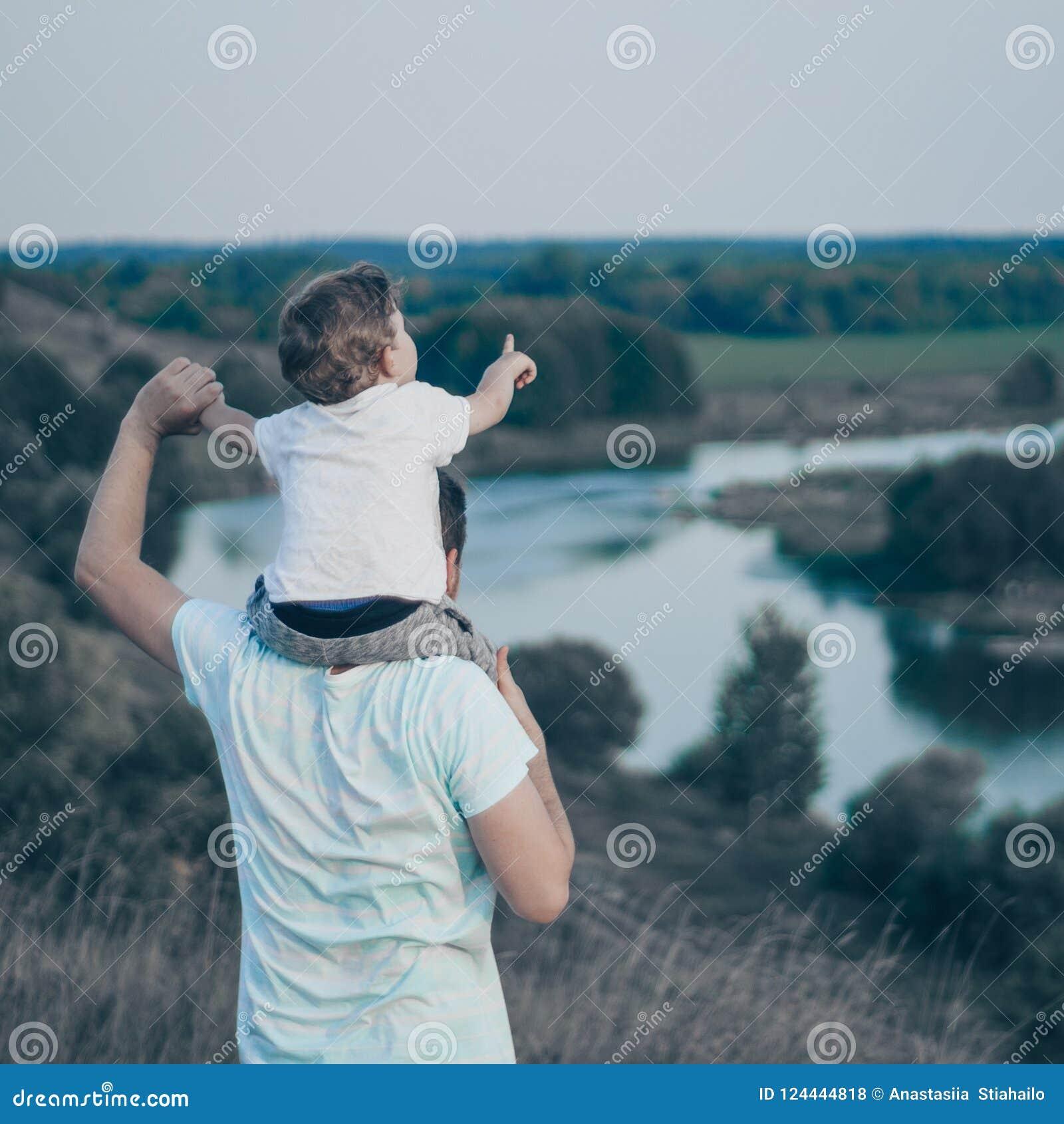 älska för familj Fadern och hans son behandla som ett barn pojken som utomhus spelar och kramar Lycklig farsa och son utomhus Beg