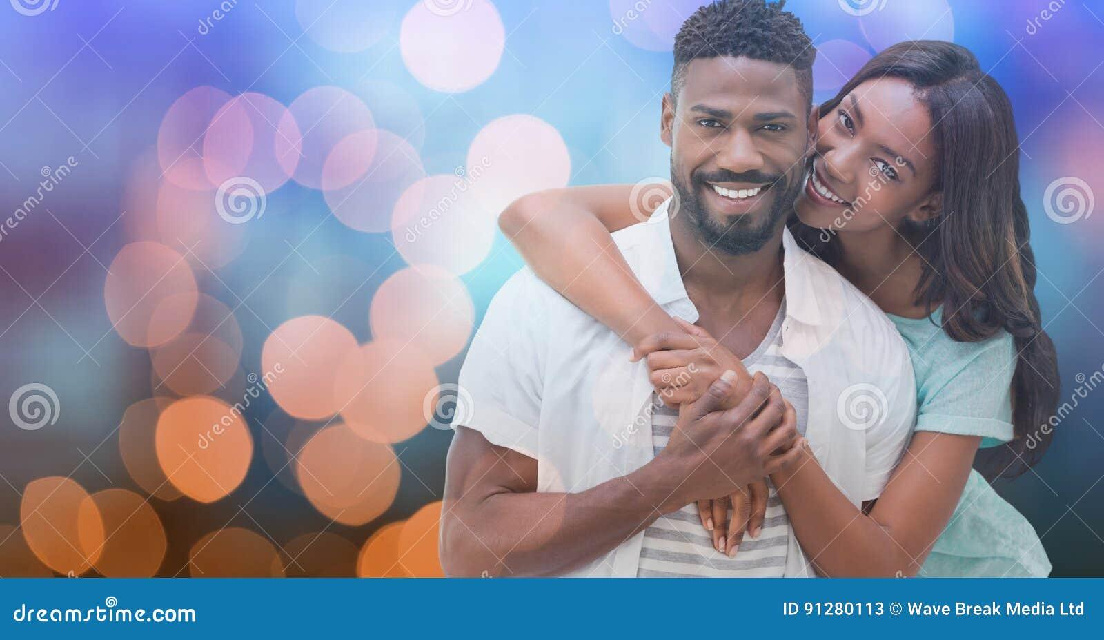 Älska kvinnan som omfamnar mannen över bokeh