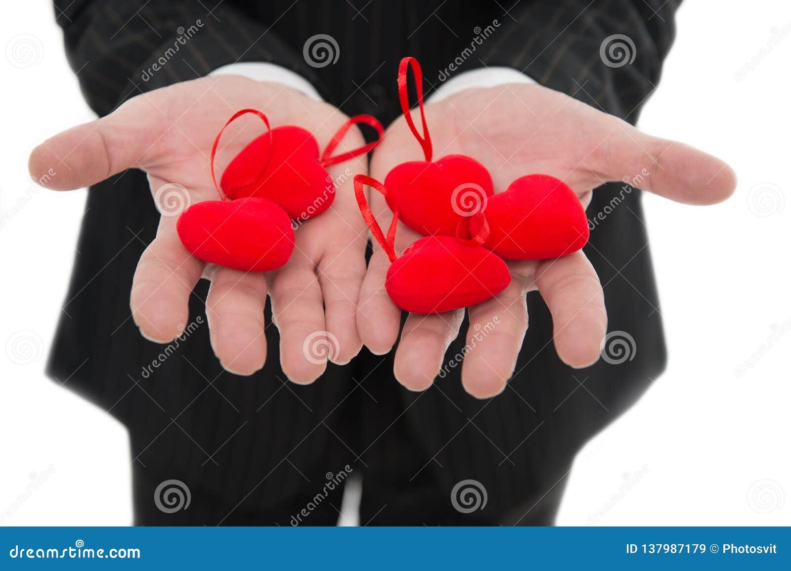 älska min take Händer som rymmer röda hjärtor Manligt öppet gömma i handflatan med förälskelsesymbolslut upp Förälskelse- och val