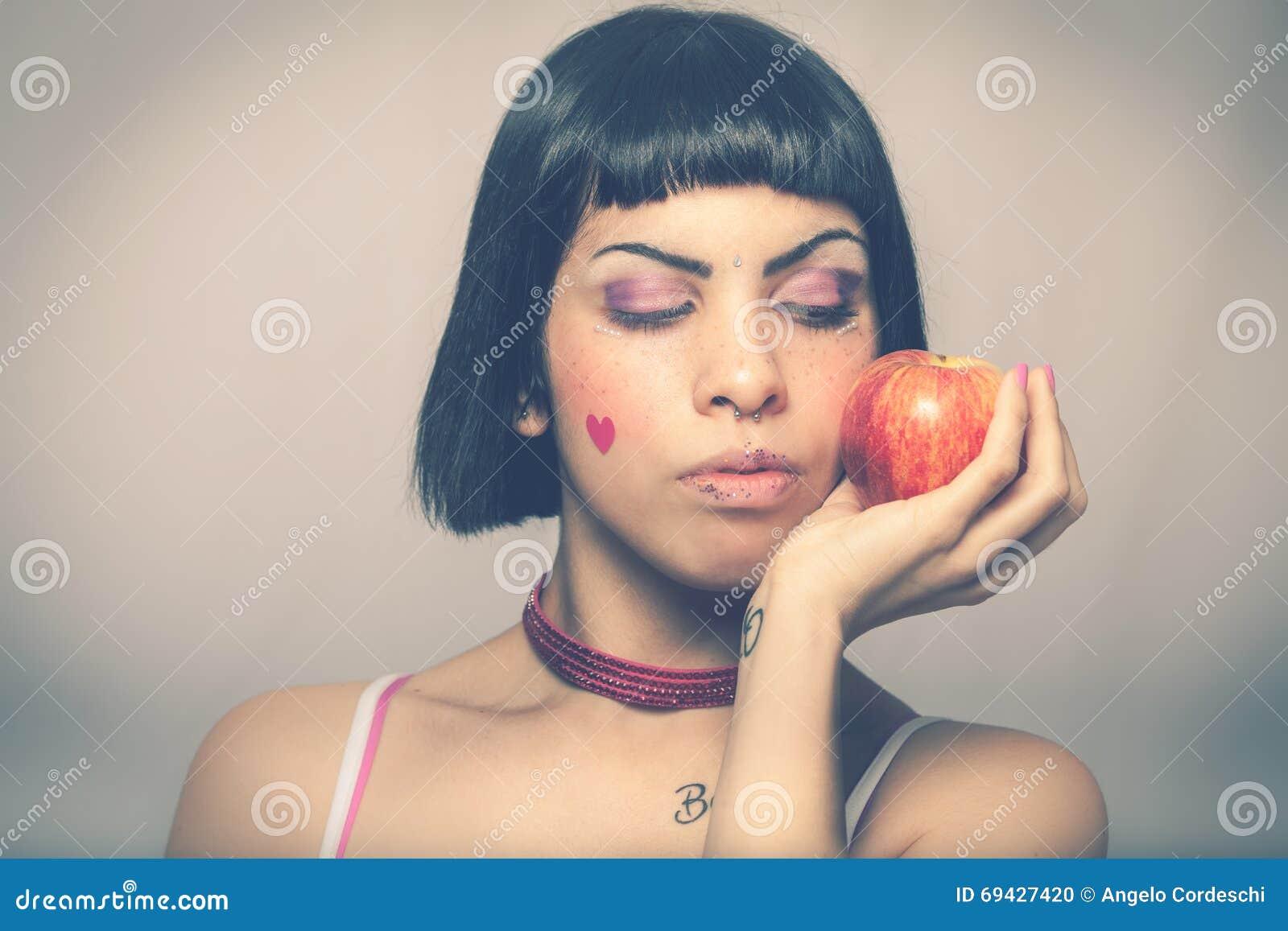 älska natur Ung kvinna med äpplet