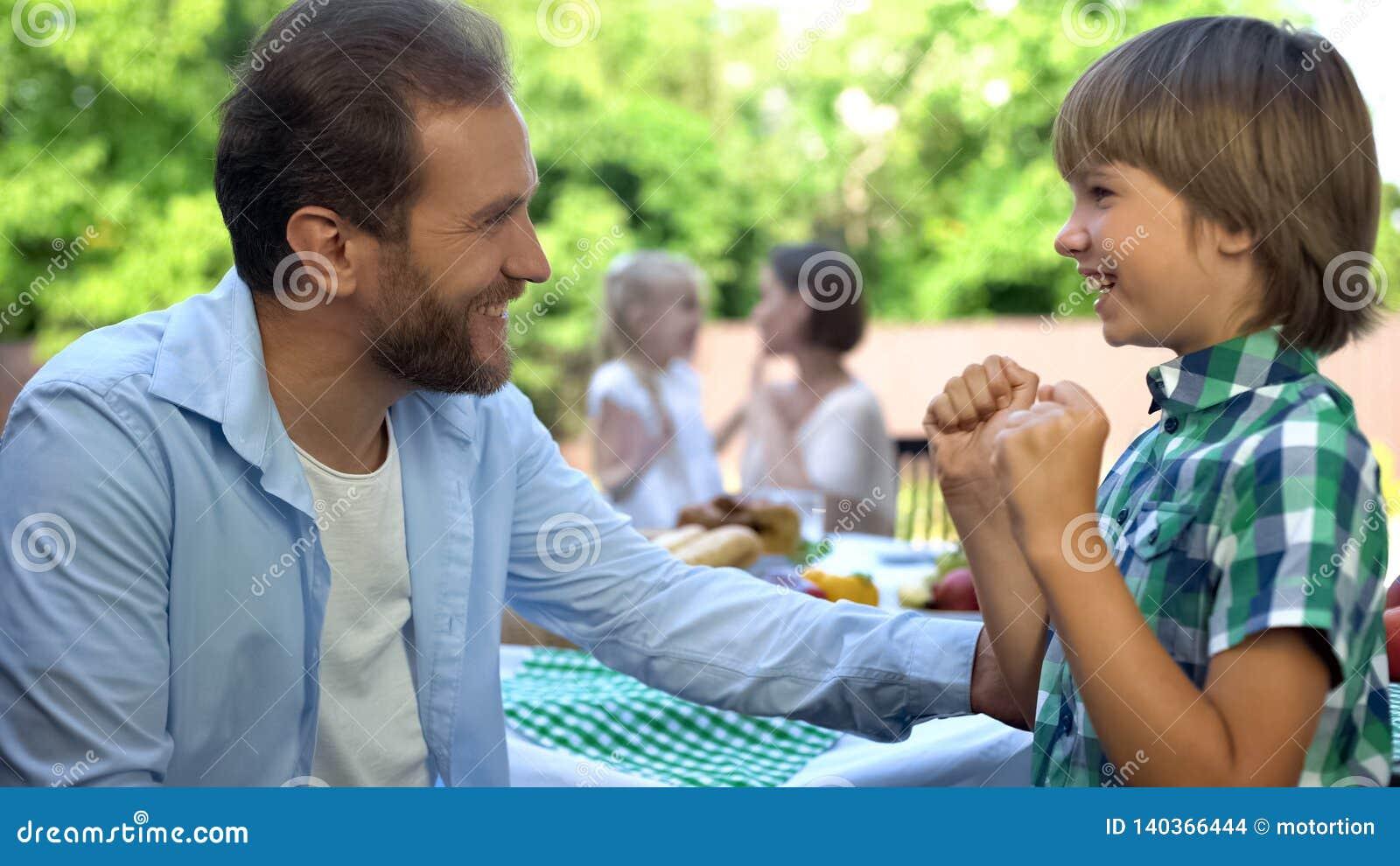 Älska pappan som talar den lilla sonen, familjomsorg och förtroendefull förbindelse, barndom