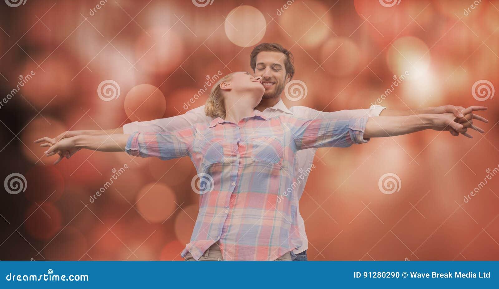 Älska par med utsträckt over suddighetsbakgrund för armar