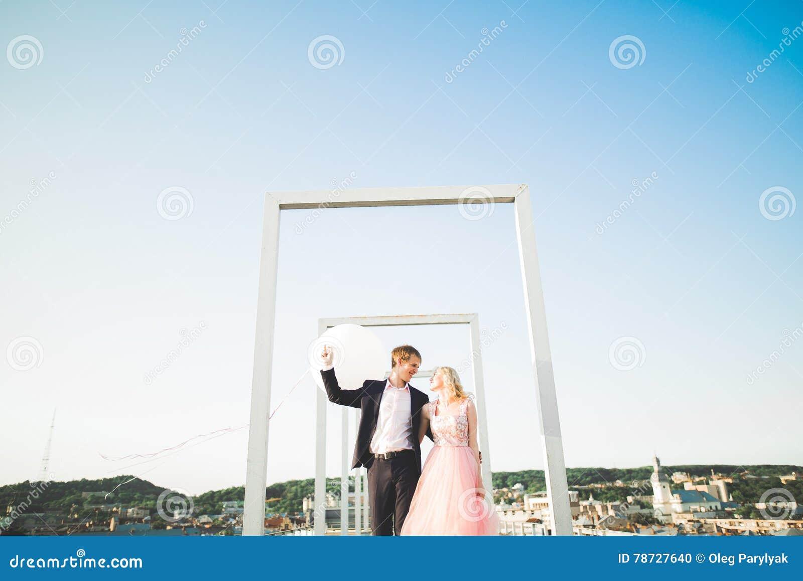 Älska par på bakgrunden av inställningssolen, bara gift solnedgången går