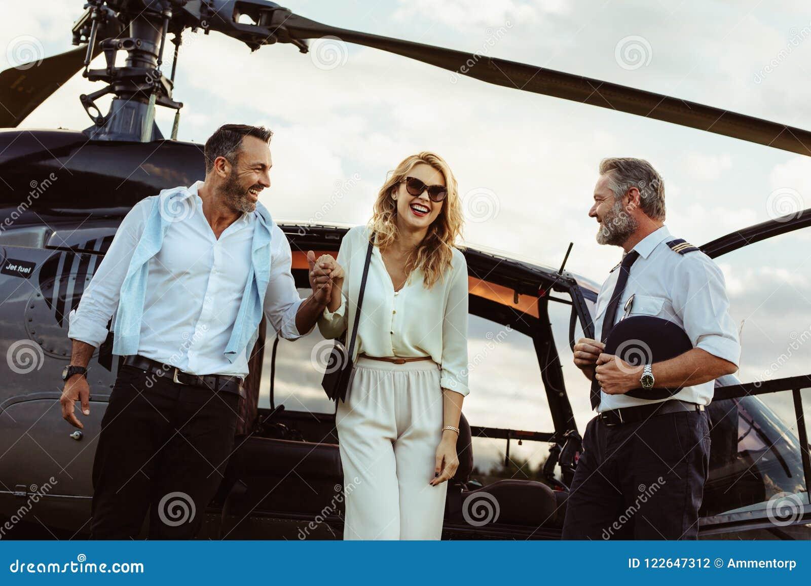 Älska parresande med deras helikopter
