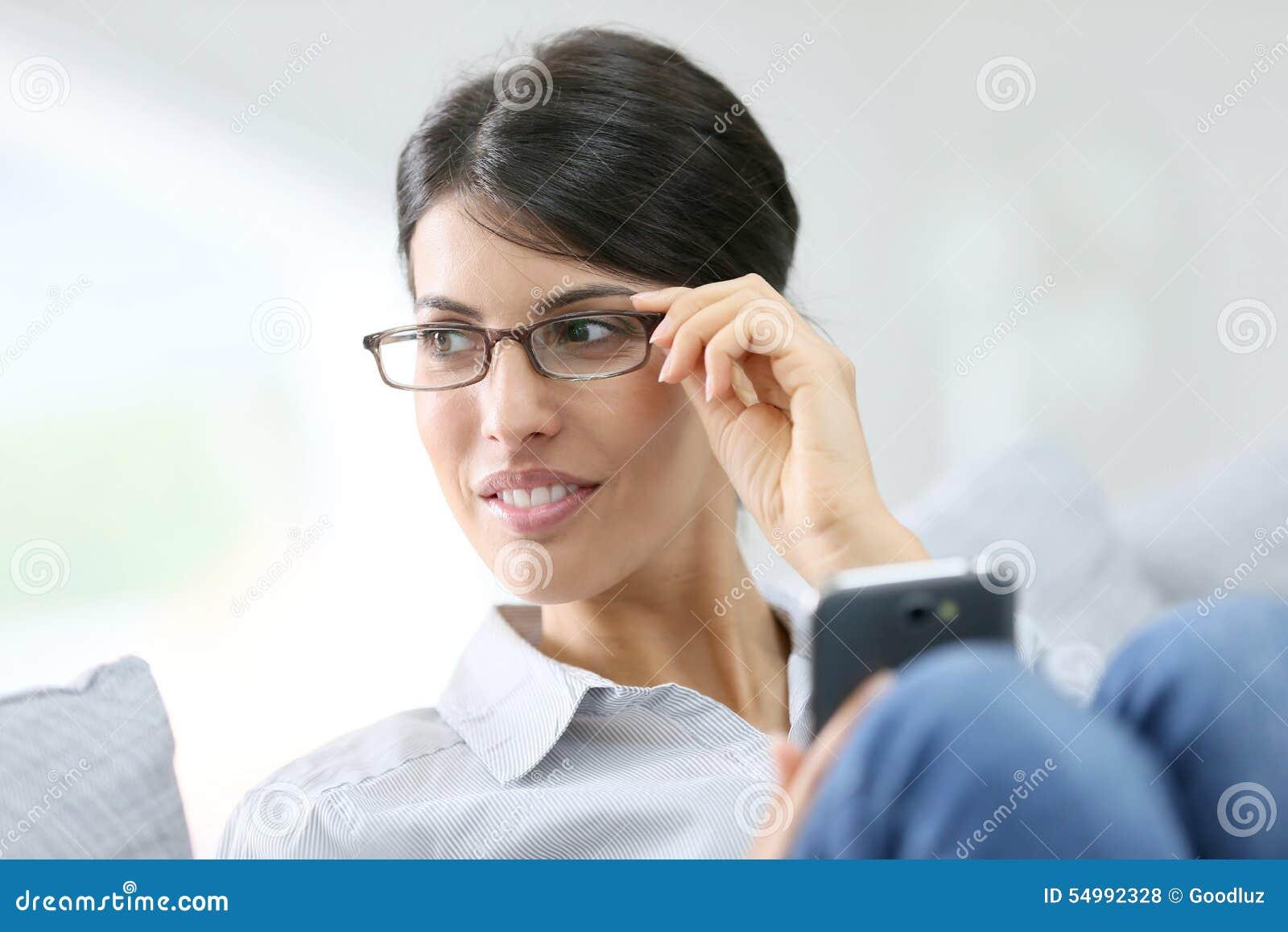 Älskvärd brunettkvinna på smartphonen