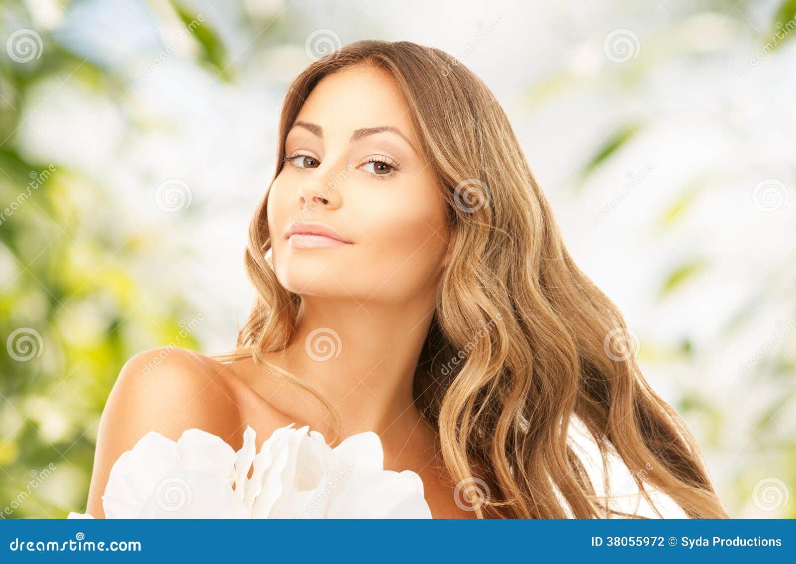 Älskvärd kvinna med liljablomman
