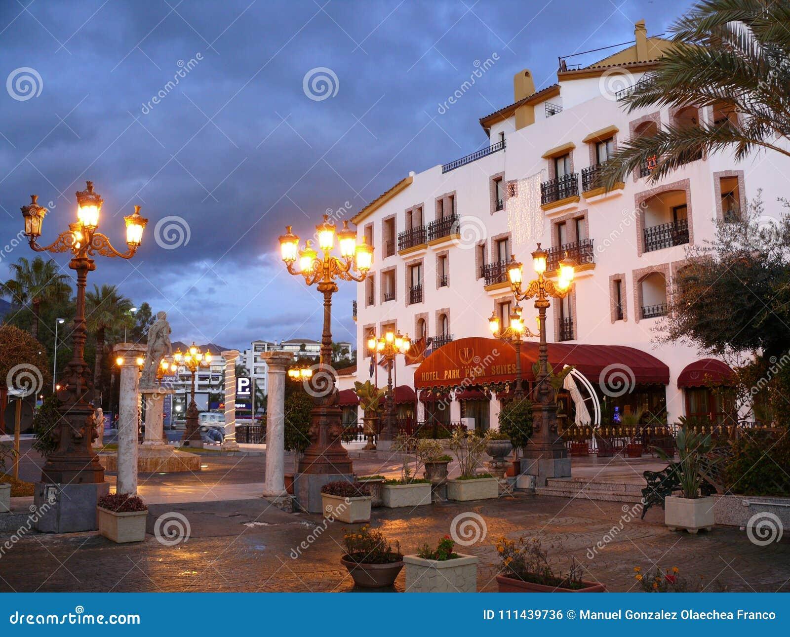 Älskvärd nattplats av ett hotell i Puerto Banus, Spanien