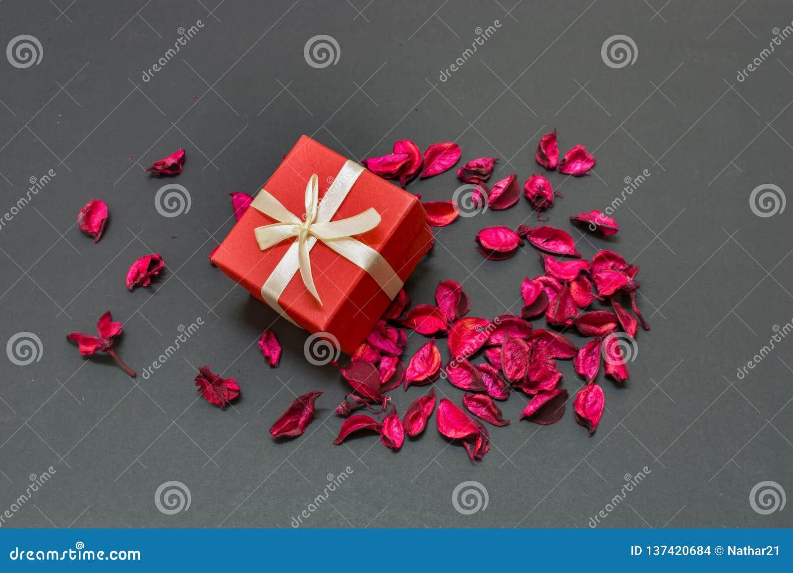 Älskvärd valentindaggåva för förälskelsen av liv i mitten av rosa kronblad