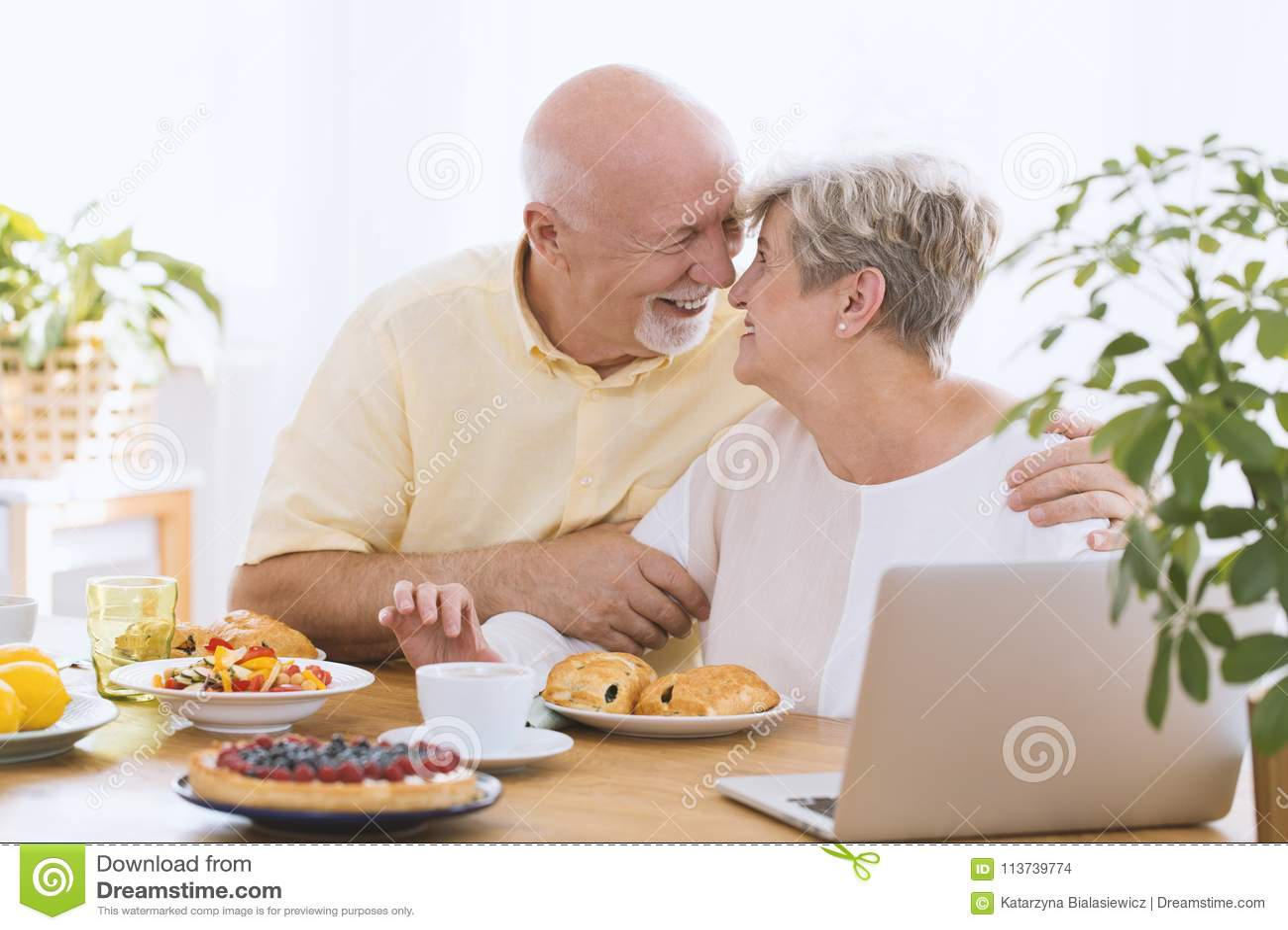 Älskvärt krama för åldringpar