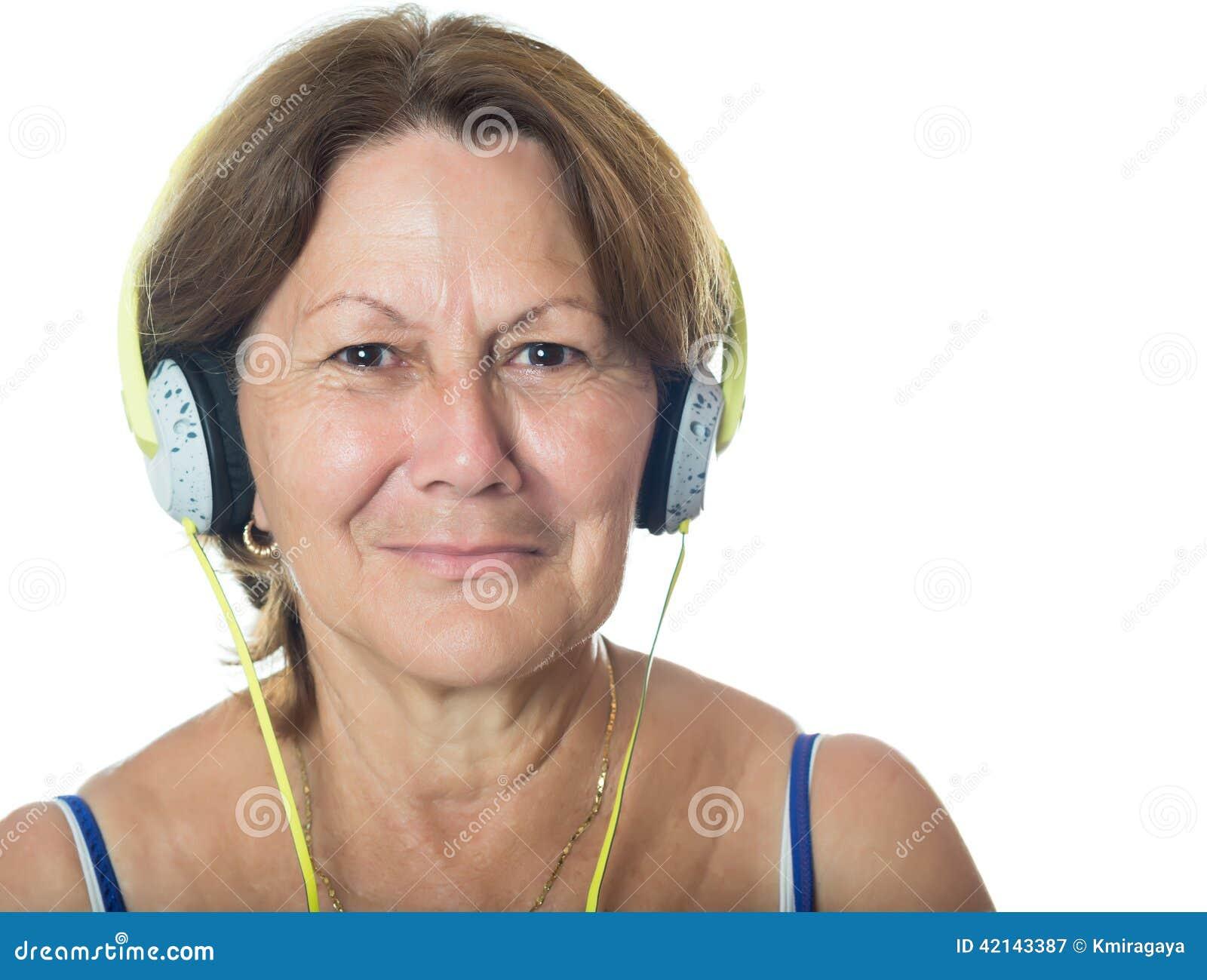 Ältere ältere hispanische Frau, die Musik auf ihren Kopfhörern hört