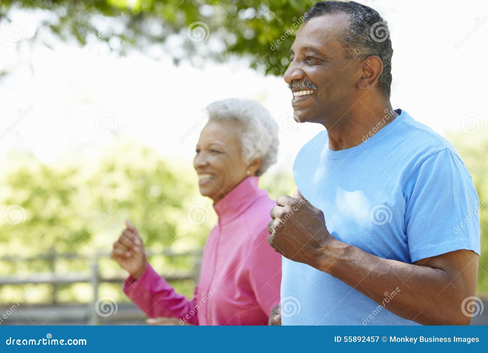 Ältere Afroamerikaner-Paare, die im Park rütteln