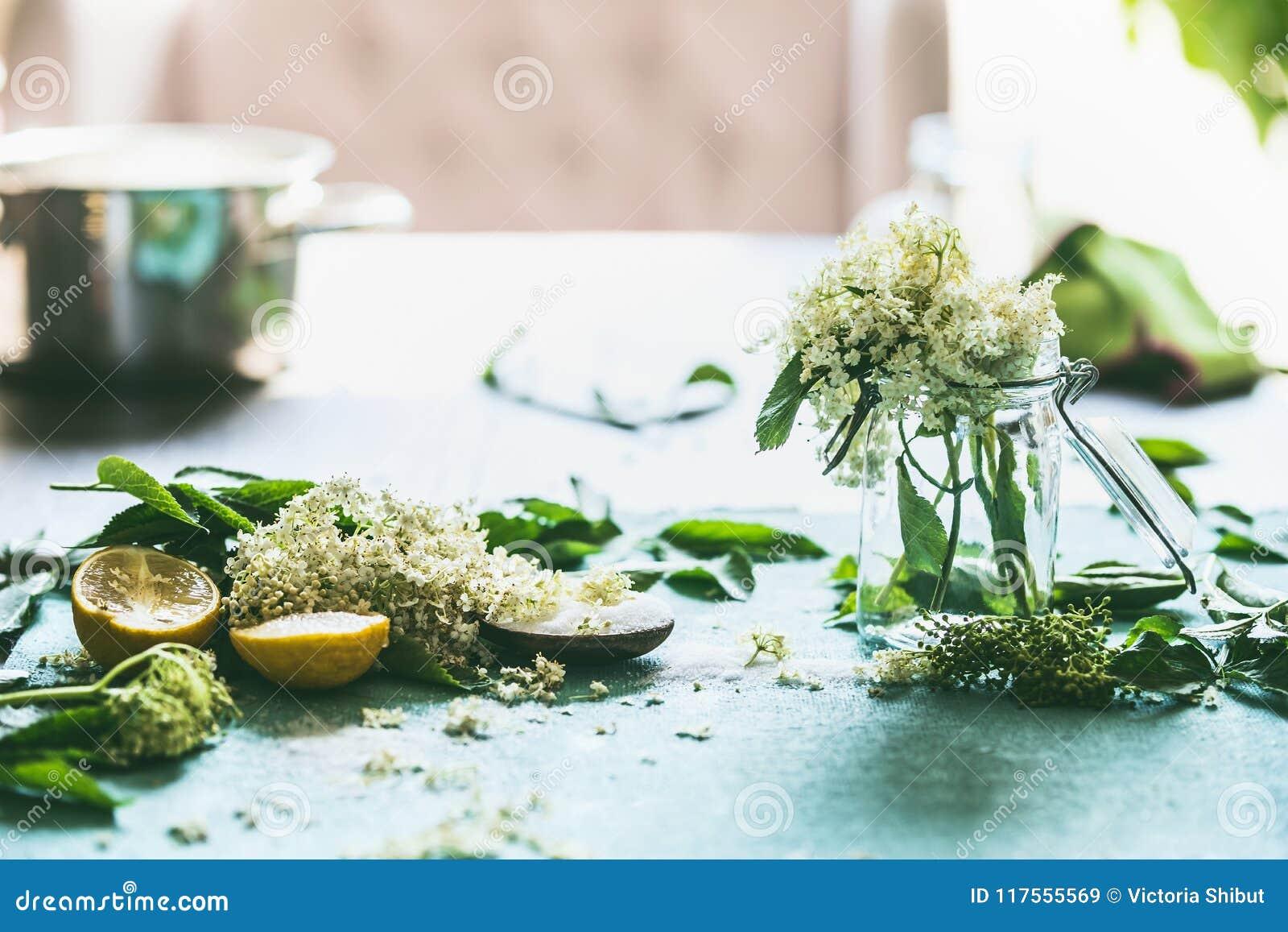 Ältere Blumensirup- Oder -stauvorbereitung Elderflowers Und Zitrone ...