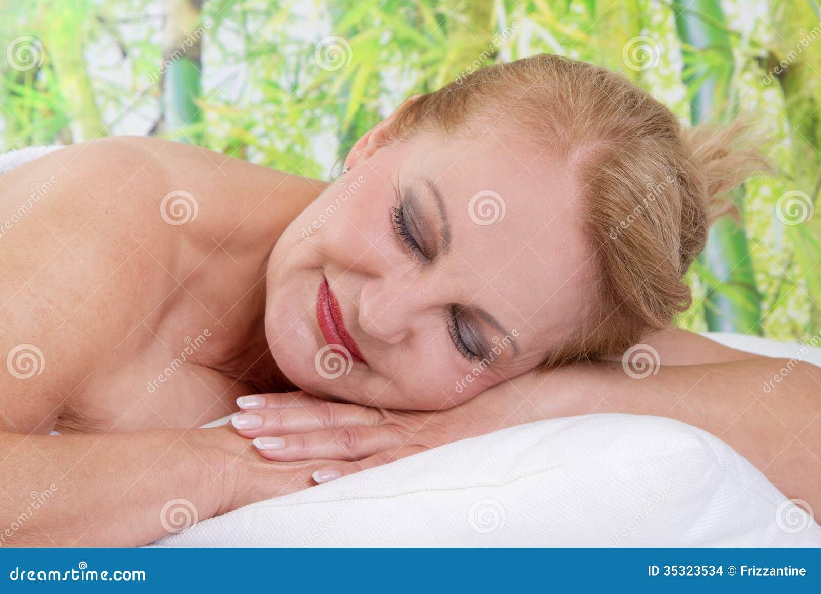 Ältere Dame, die in der Massage sich entspannt