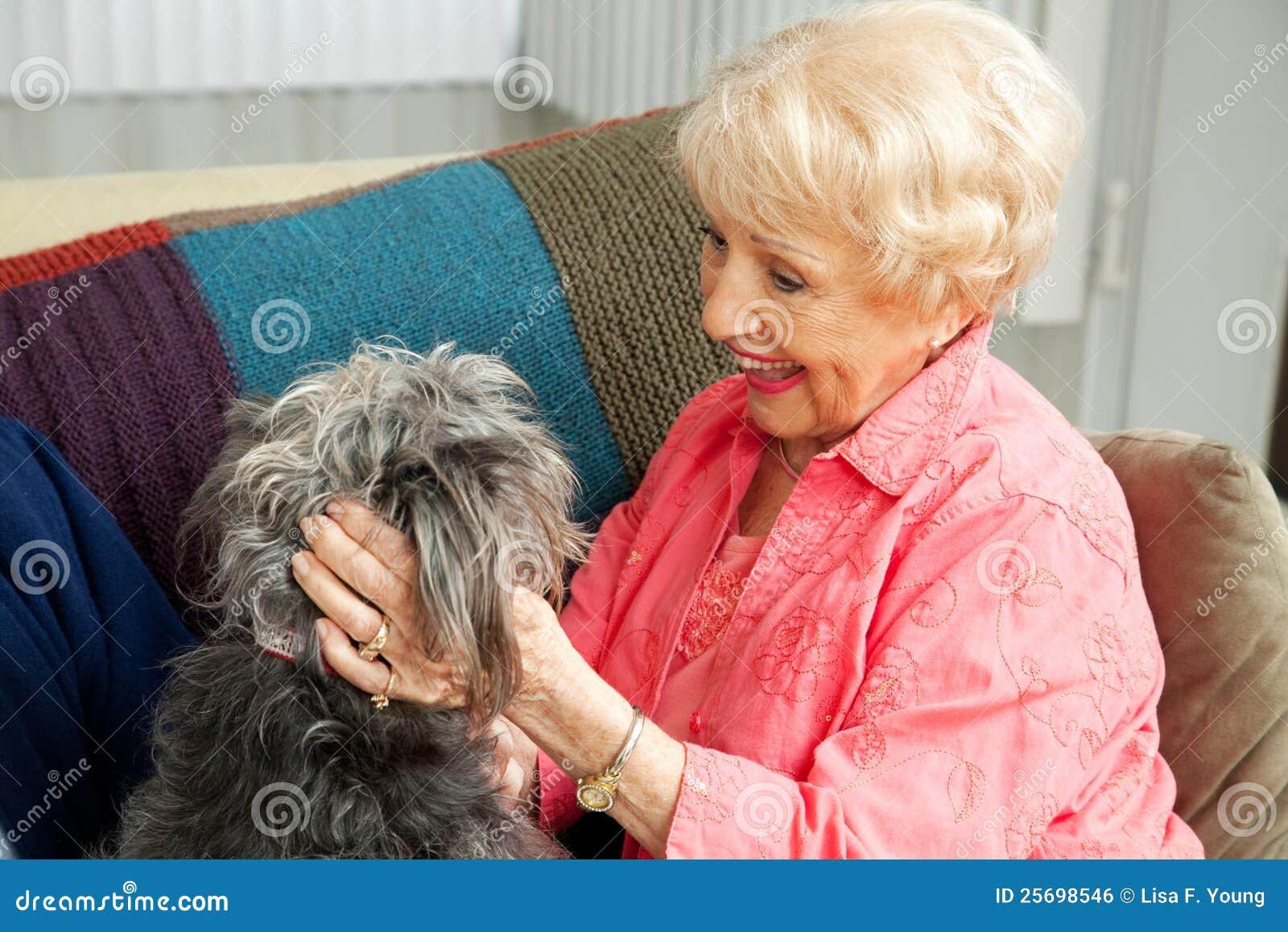 Ältere Dame Loves Her Dog