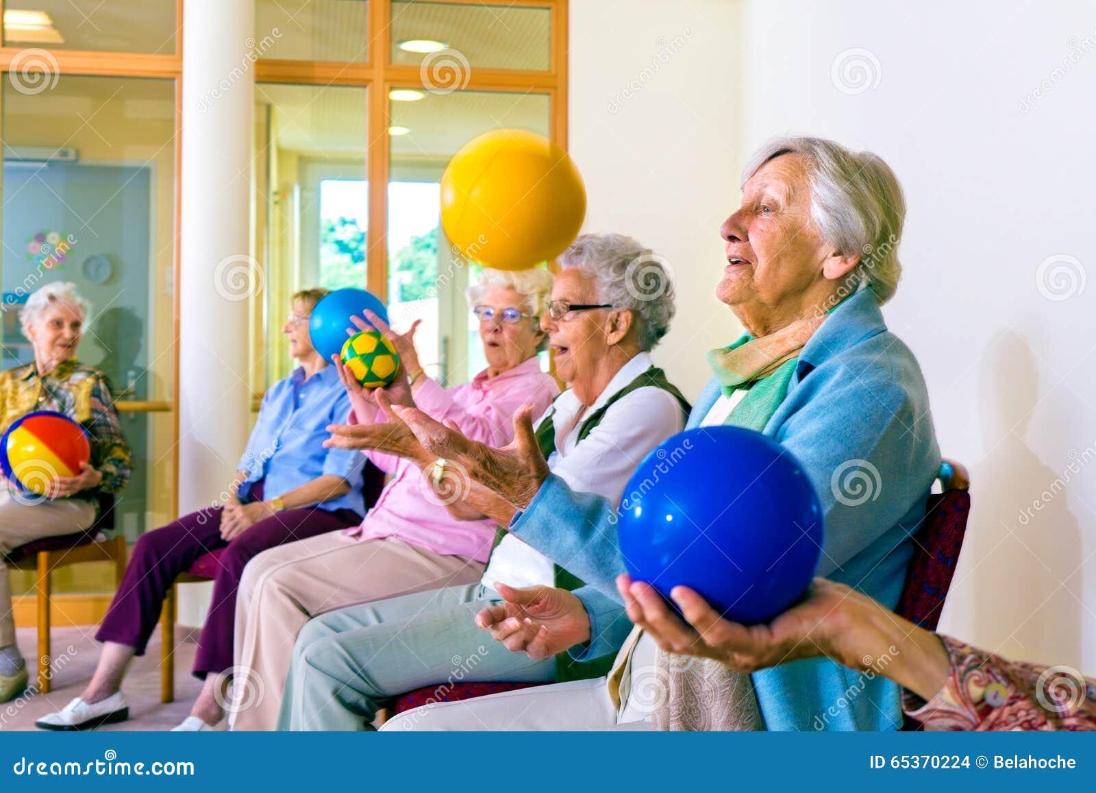 Ältere Damen, die Koordinationsübungen tun
