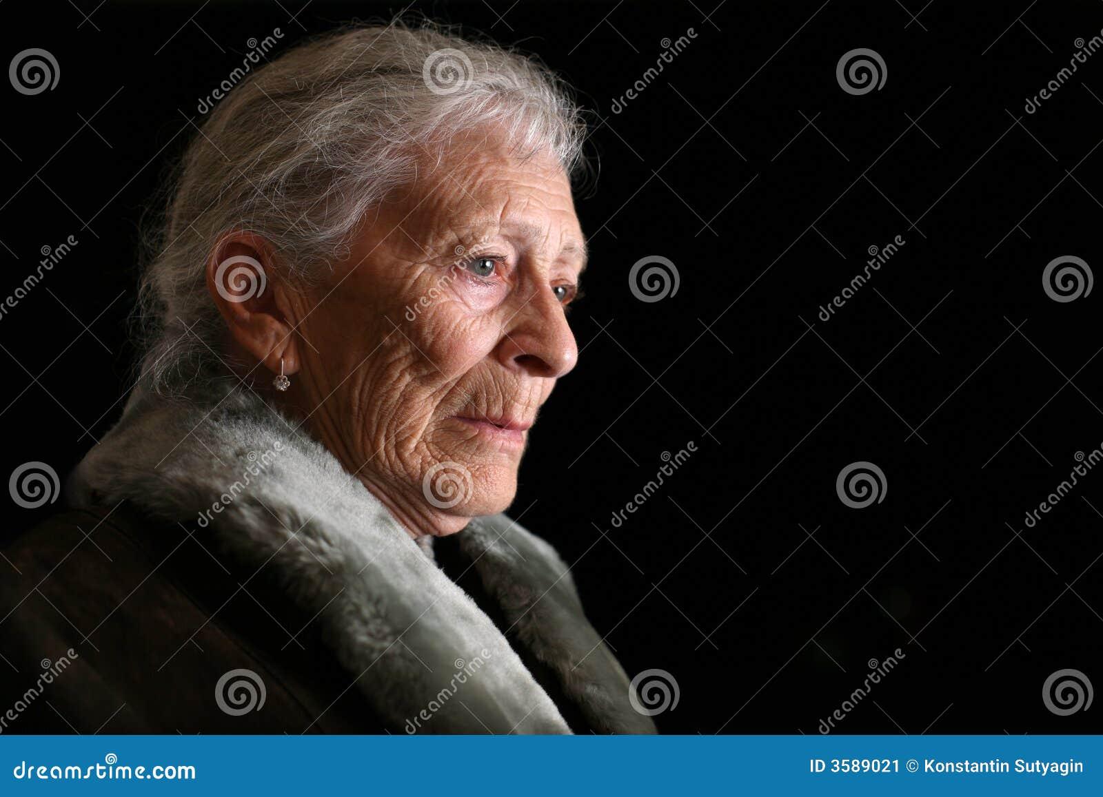 Ältere erwägende Frau