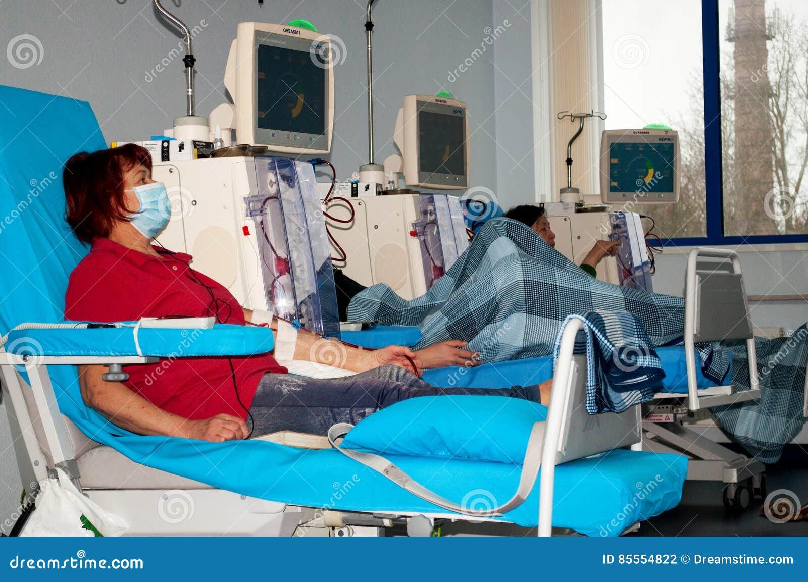 Ältere Frau auf Dialyse im Krankenhaus