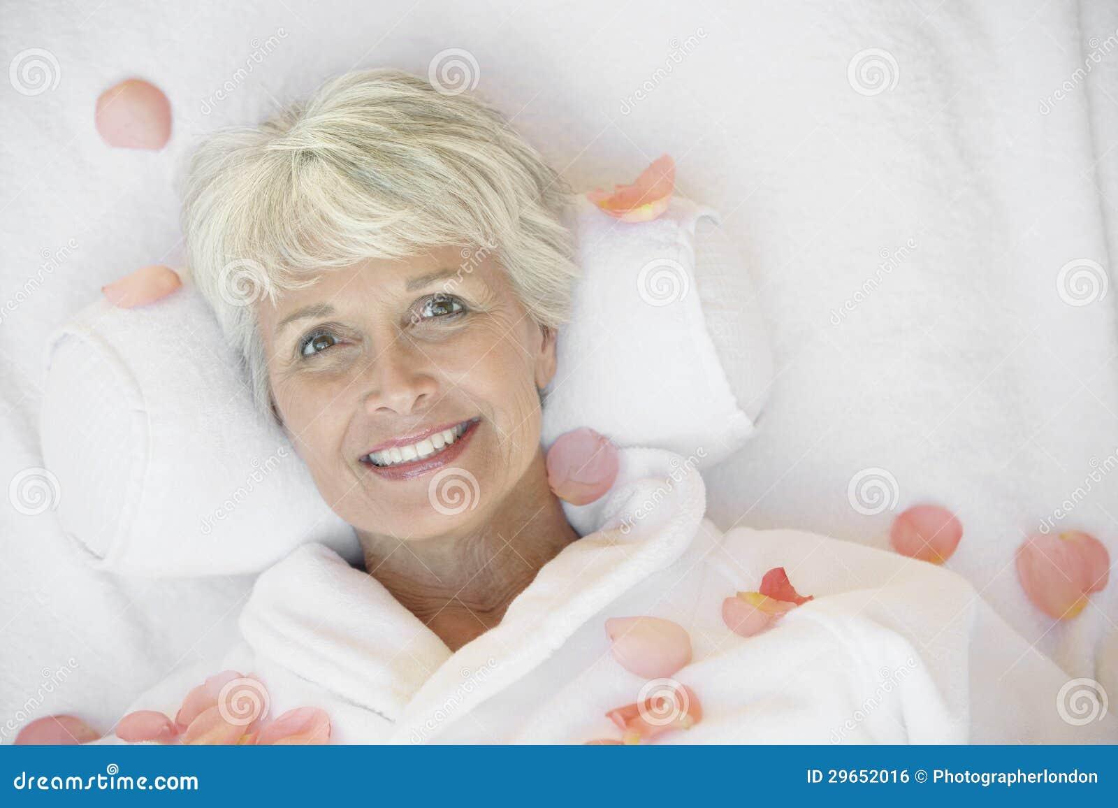 Ältere Frau, die auf Massage-Bett liegt
