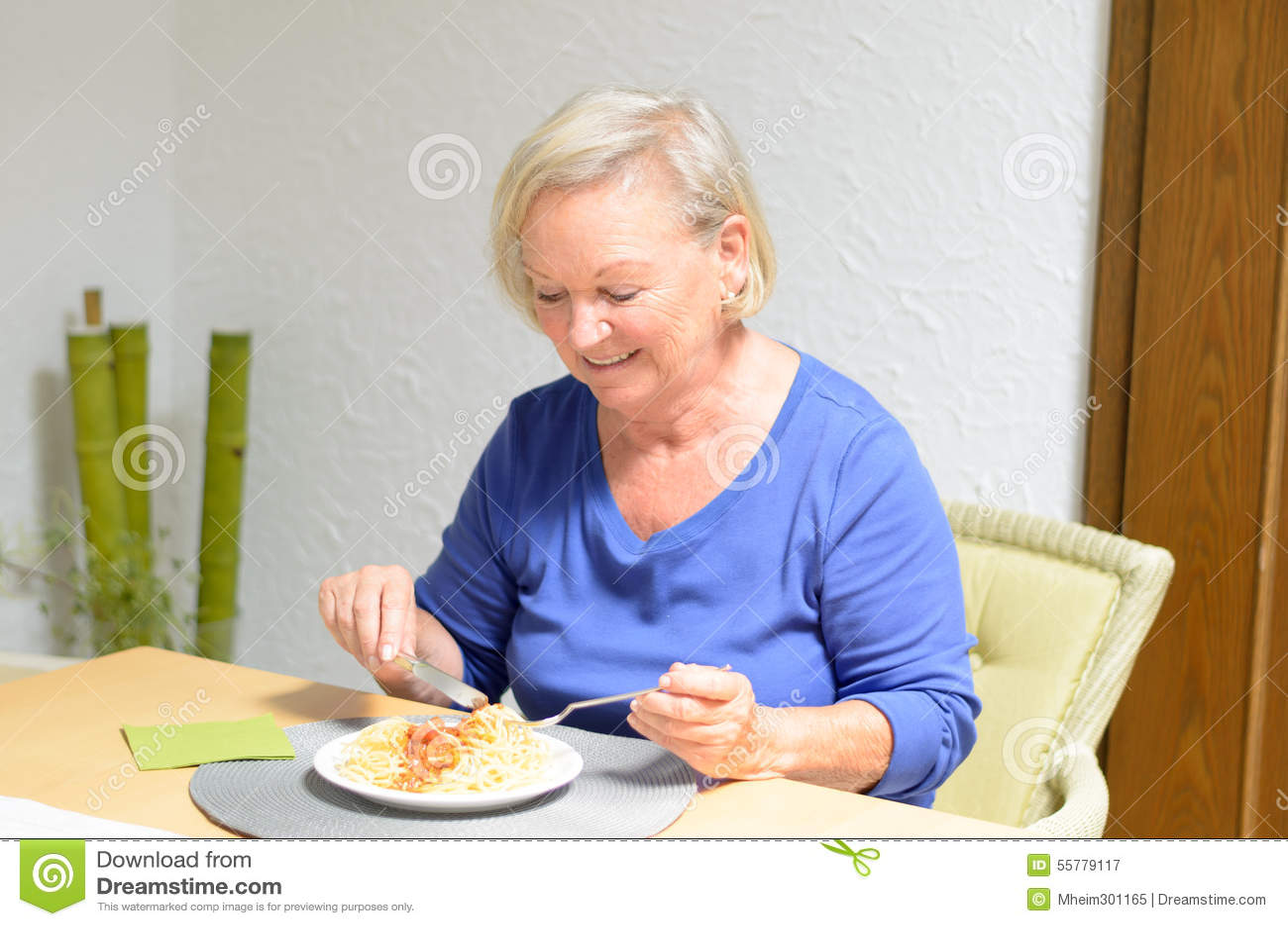 Ältere Frau, die eine Mahlzeit isst