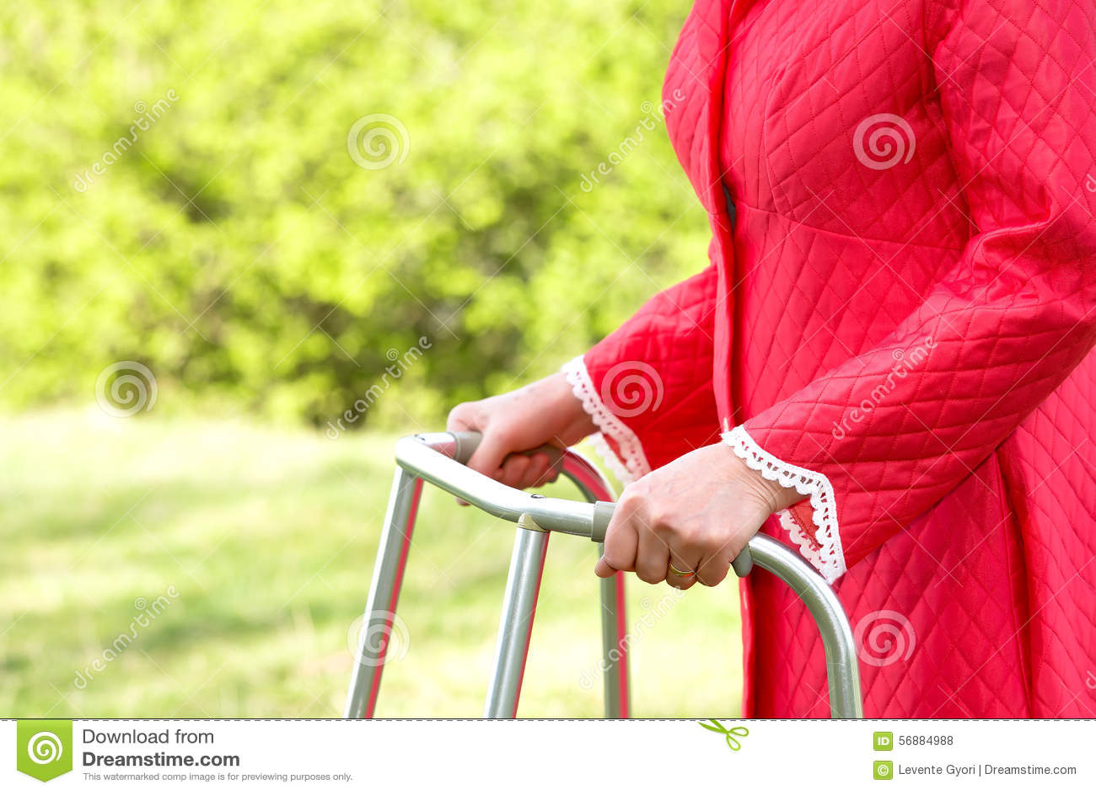 Ältere Frau, die einen Wanderer verwendet