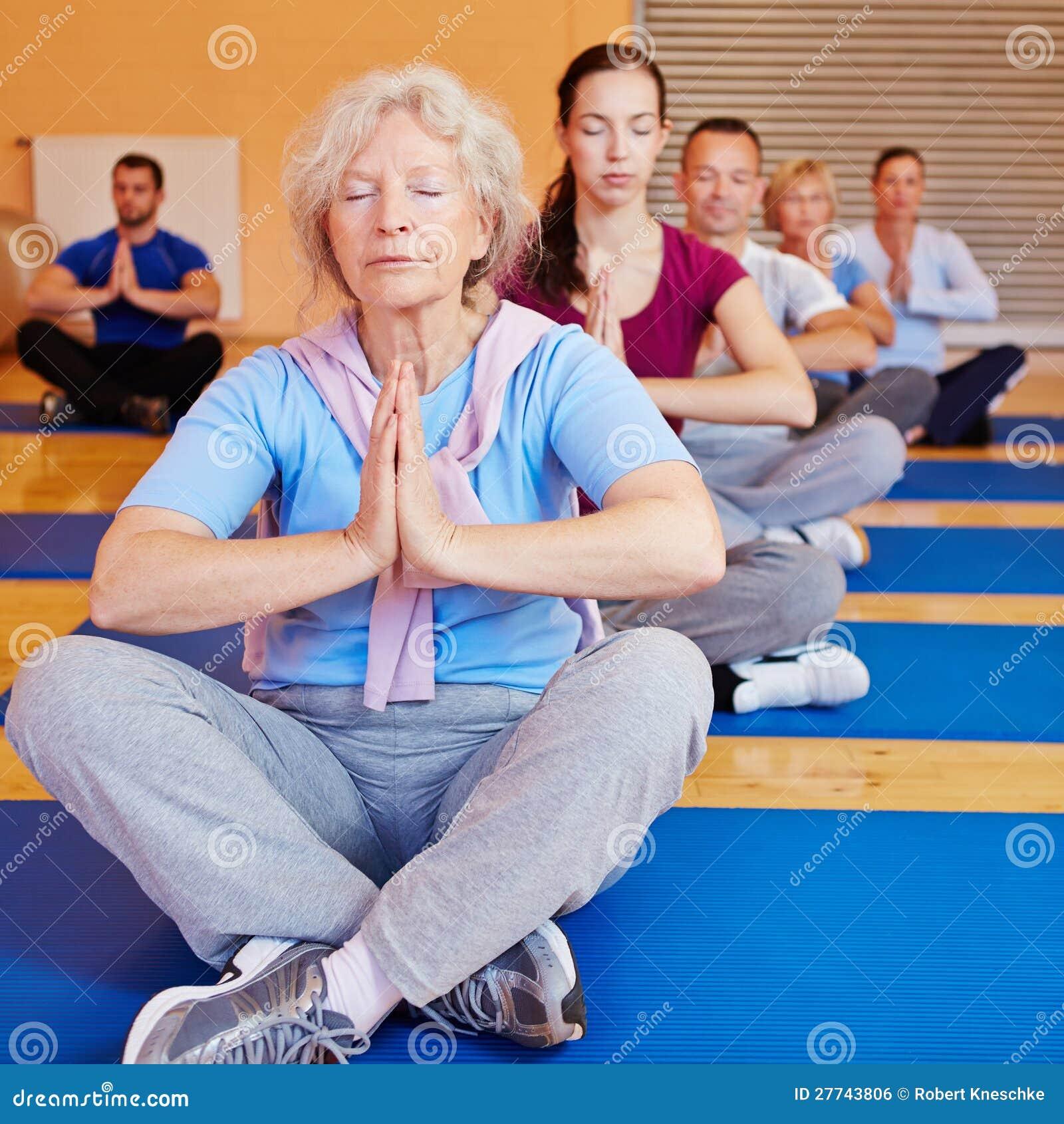 Ältere Frau, die Entspannung tut