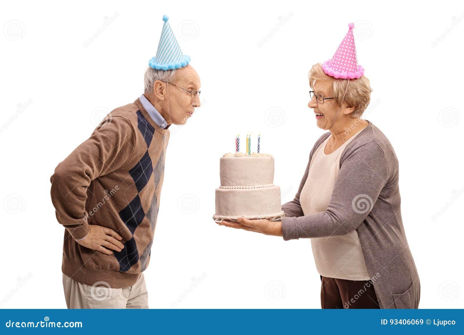 Altere Frau Die Geburtstagskuchen Und Den Alteren Mannschlag Halt
