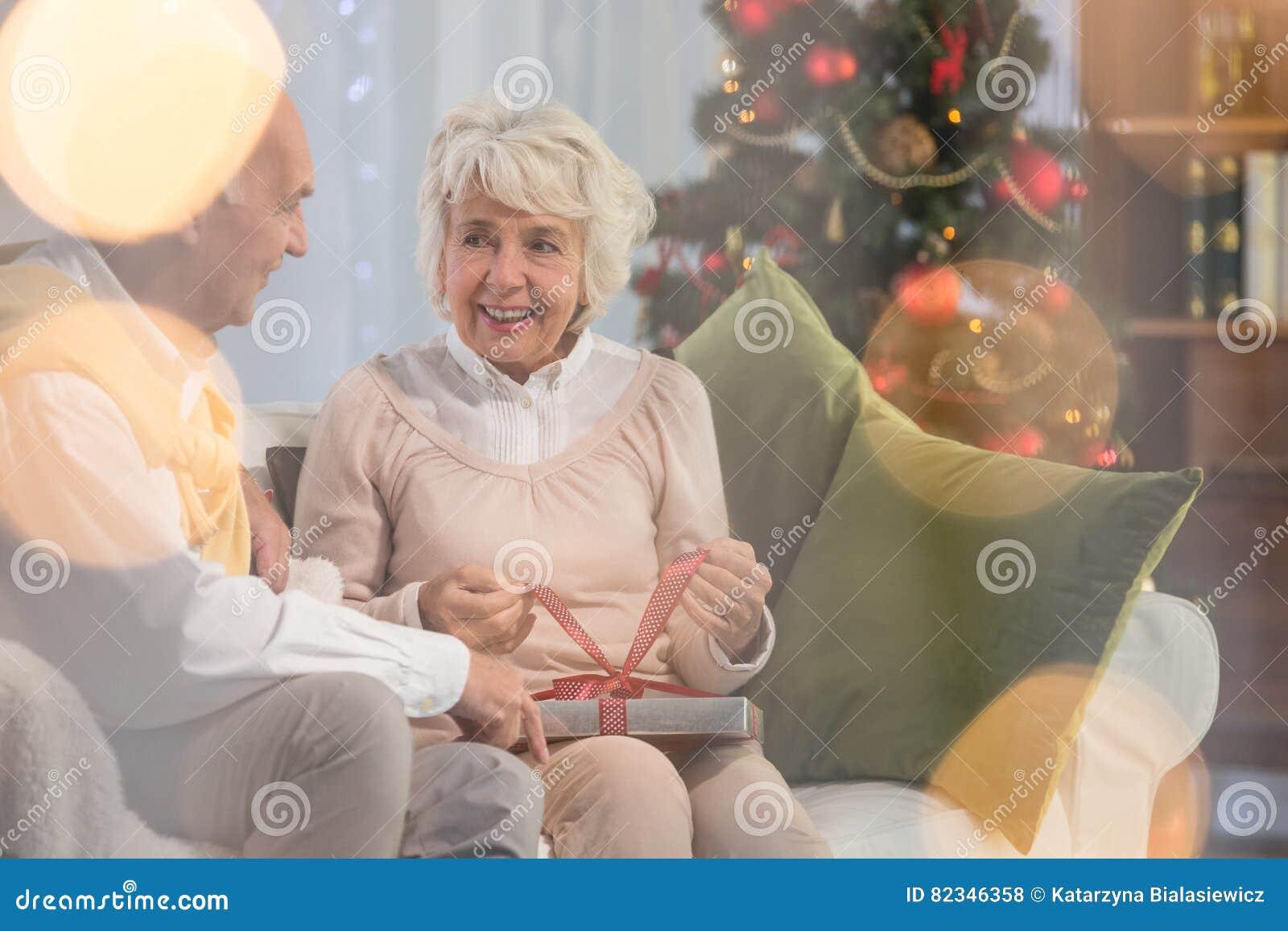 Ältere Frau, Die Geschenk Vom Ehemann Empfängt Stockfoto - Bild von ...
