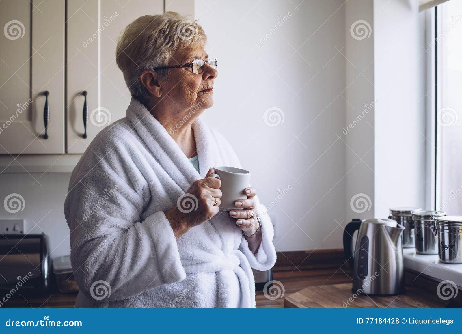 Ältere Frau, Die Heraus Fenster Schaut Stockfoto - Bild von ...