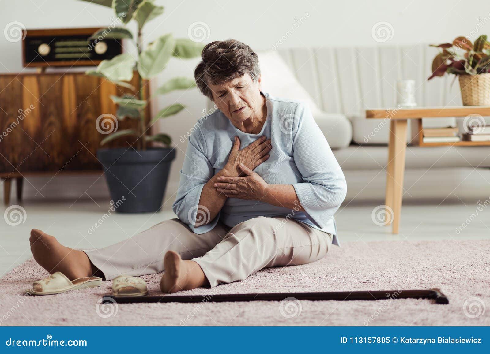 Ältere Frau, die Herzinfarkt hat