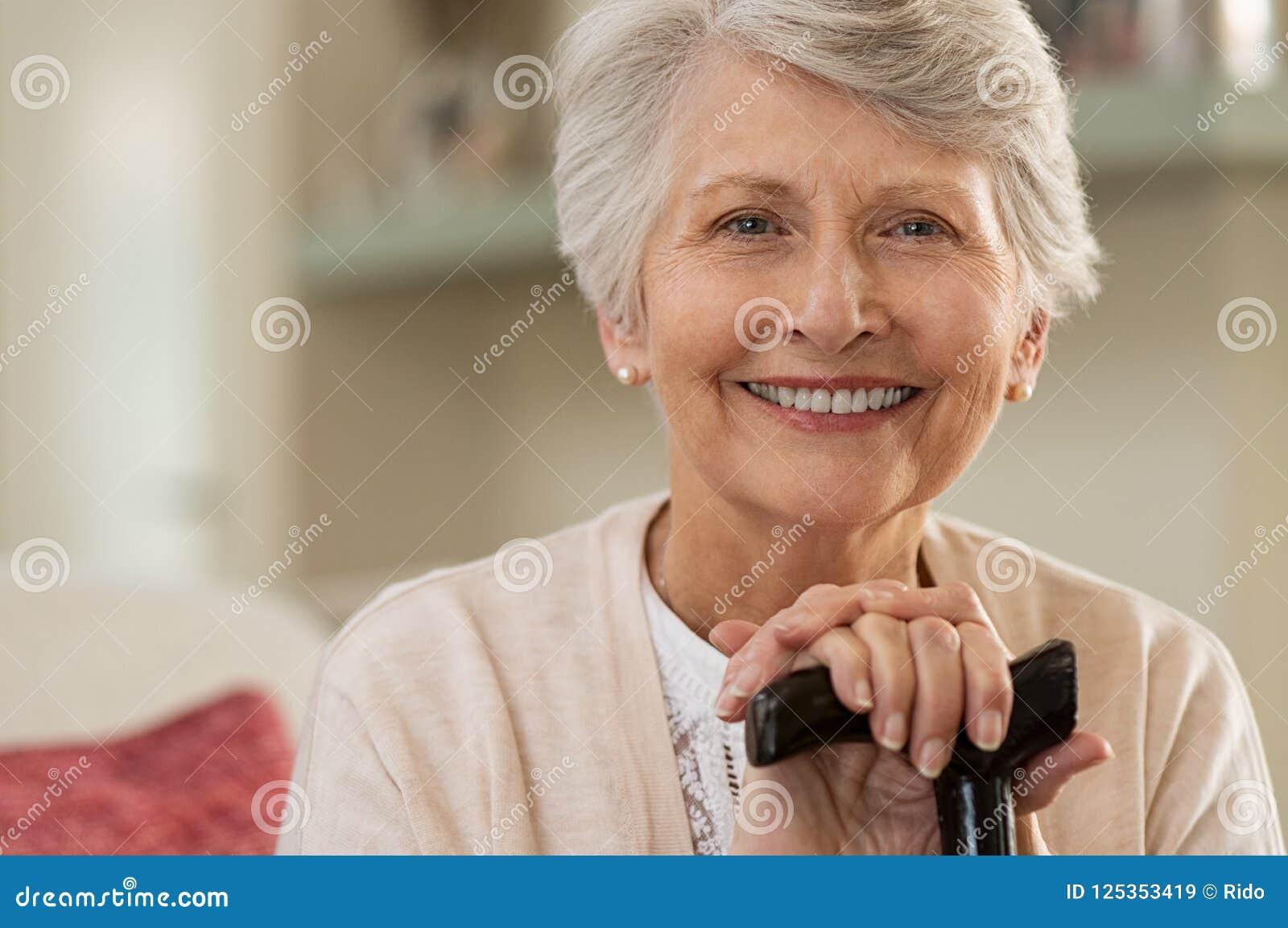 Ältere Frau, die zu Hause lächelt