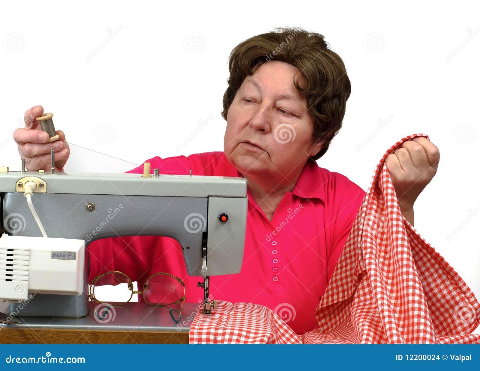 Ältere Frau, die zu Hause Nähmaschine verwendet