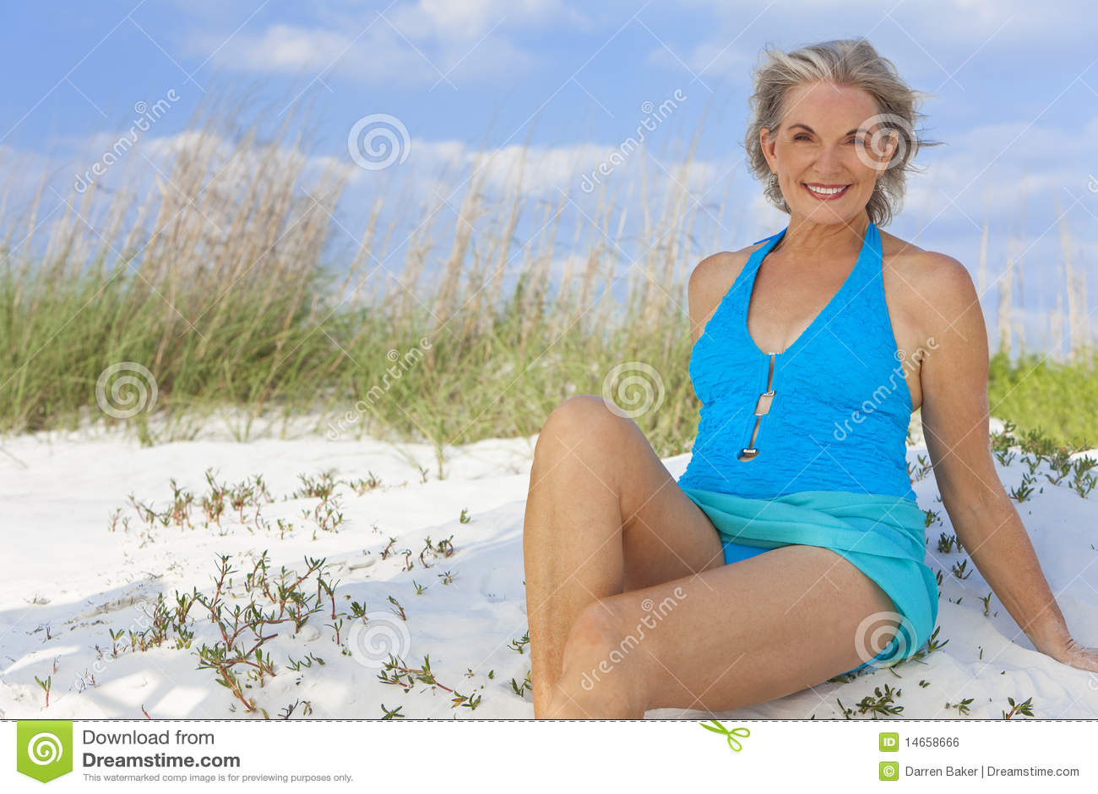 Ältere Frau Im Schwimmen-Kostüm Am Strand Stockfoto - Bild