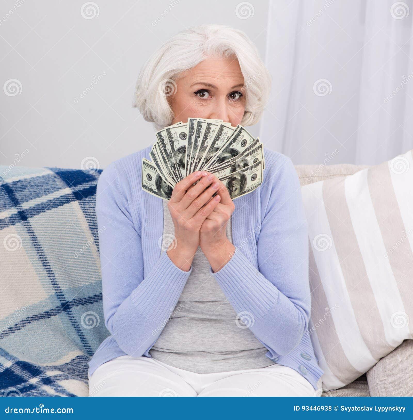 Ältere Frau mit Geld