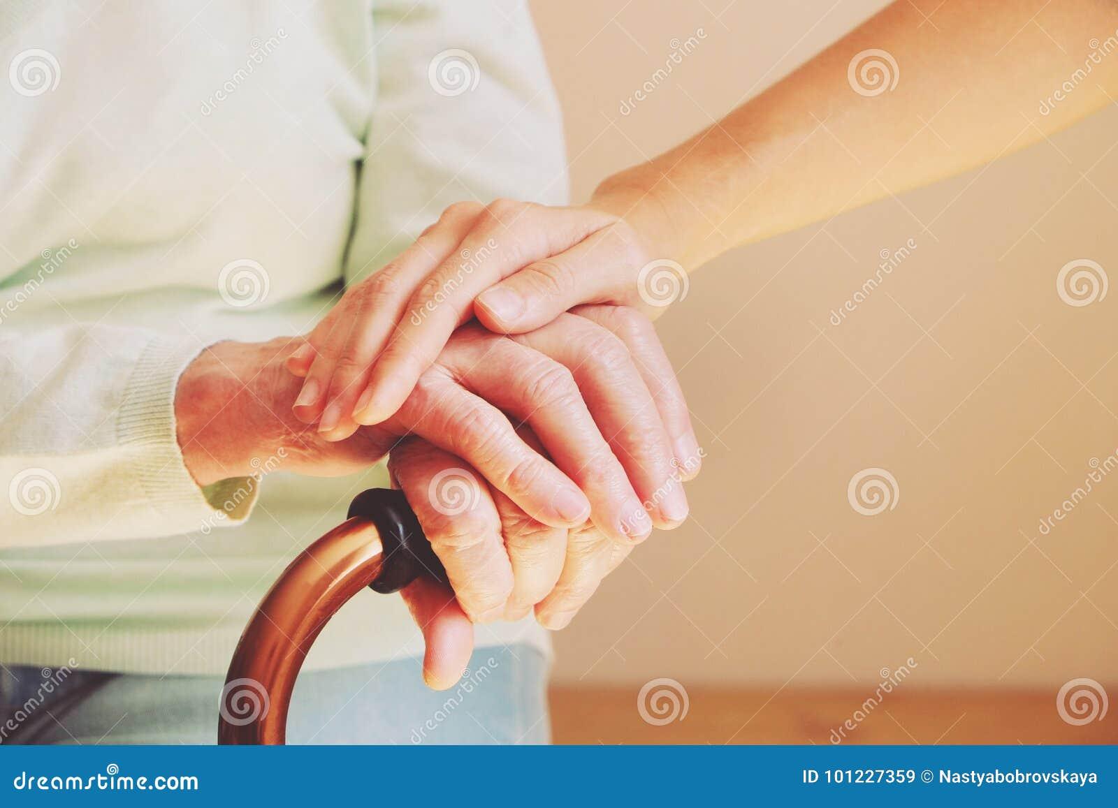 Ältere Frau mit ihrer Pflegekraft zu Hause Älteres Leutegesundheitswesen des Konzeptes