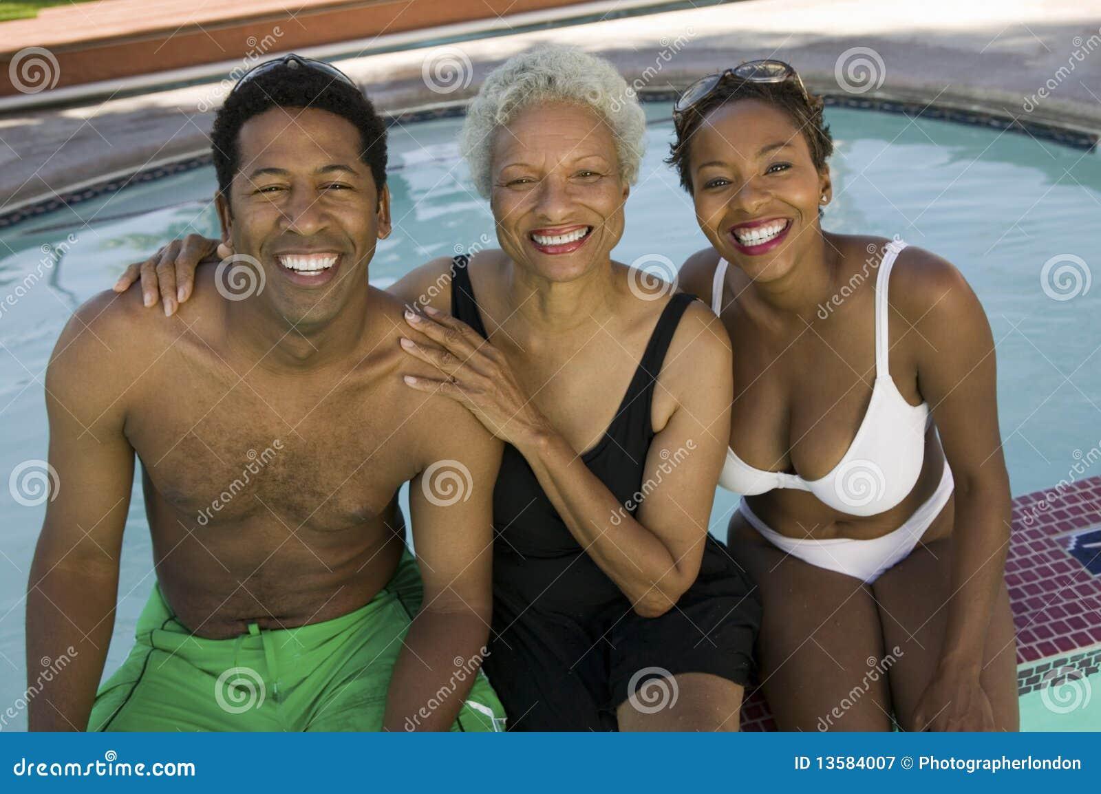 Ältere Frau mit Paaren am Swimmingpool