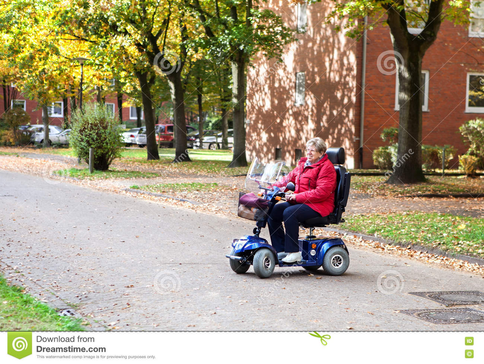 Ältere Frau mit Roller 2