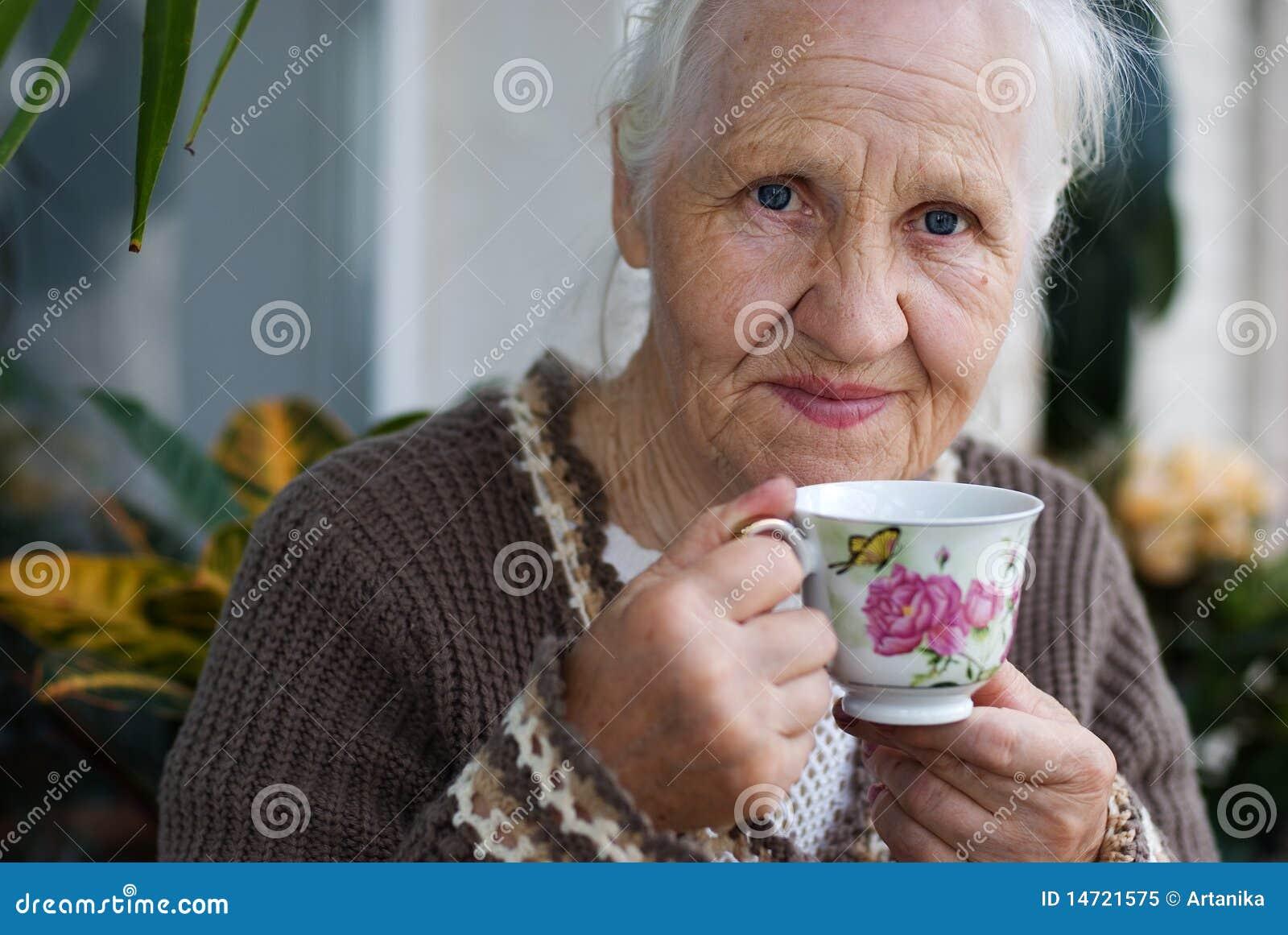 Ältere Frau mit Tasse Tee