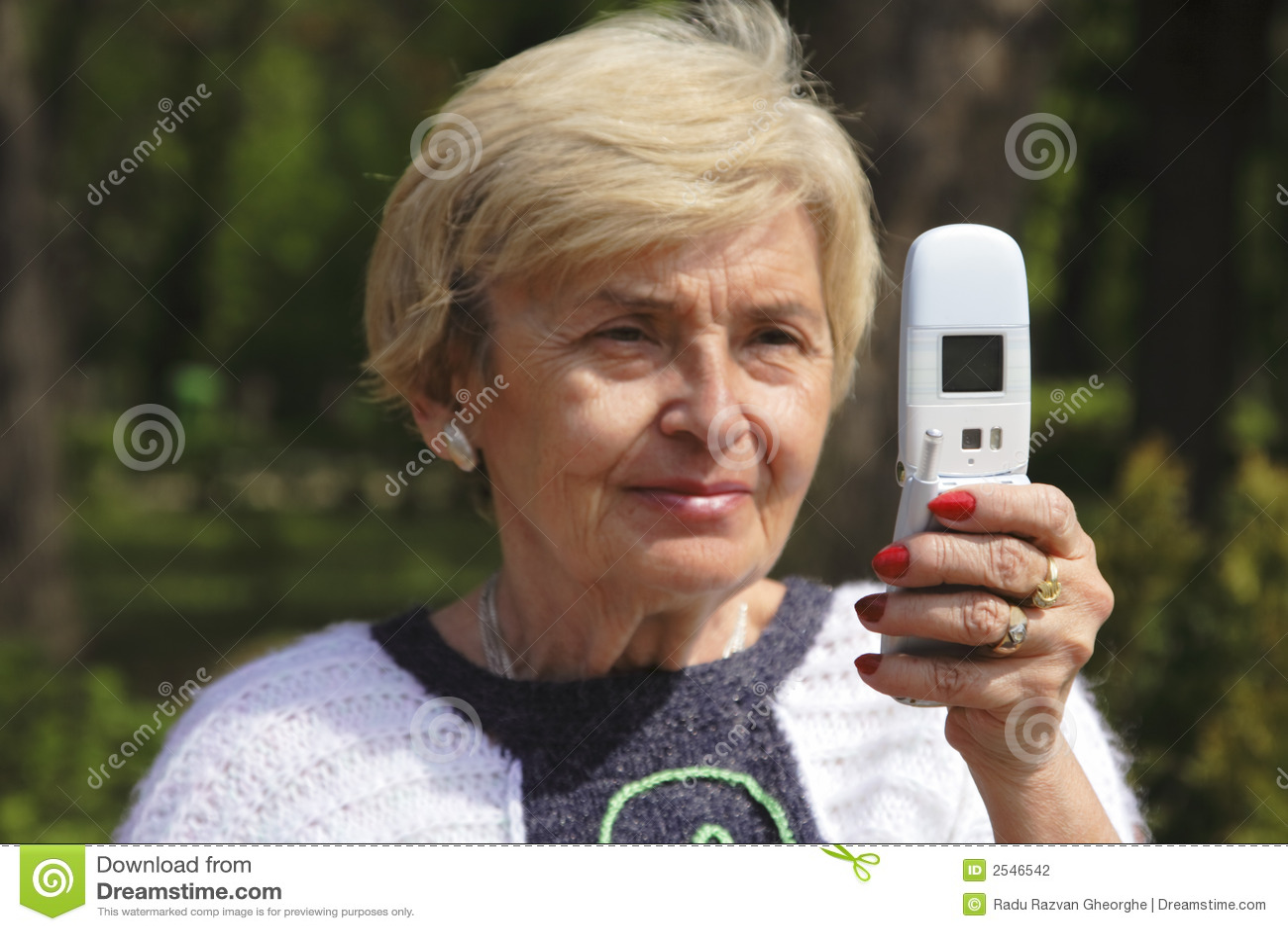 Ältere Frau mit Telefon