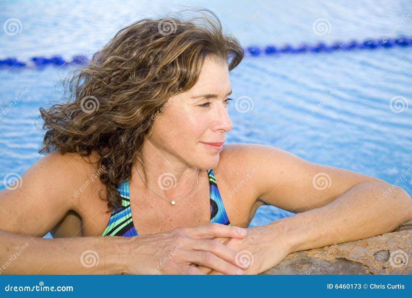 Ältere Frau am Swimmingpool