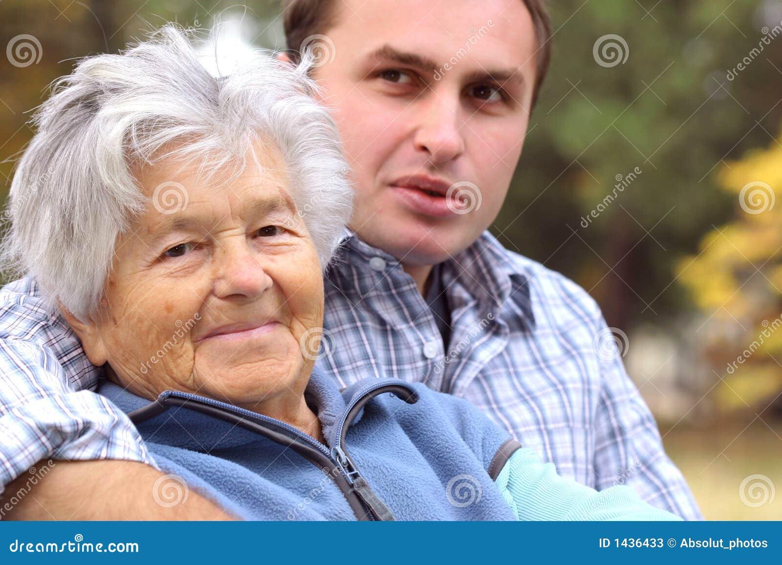 junger mann und ältere frau