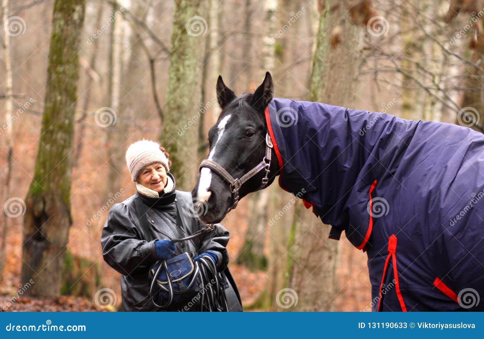 ältere Frau und Pferd