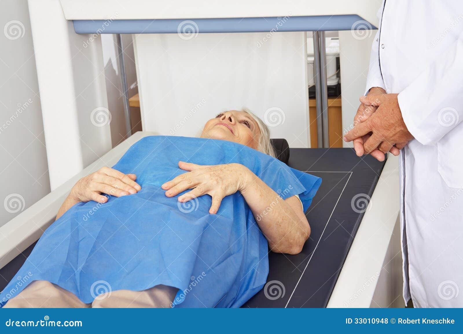 Ältere Frau unter Maschine für Knochendichtemaß