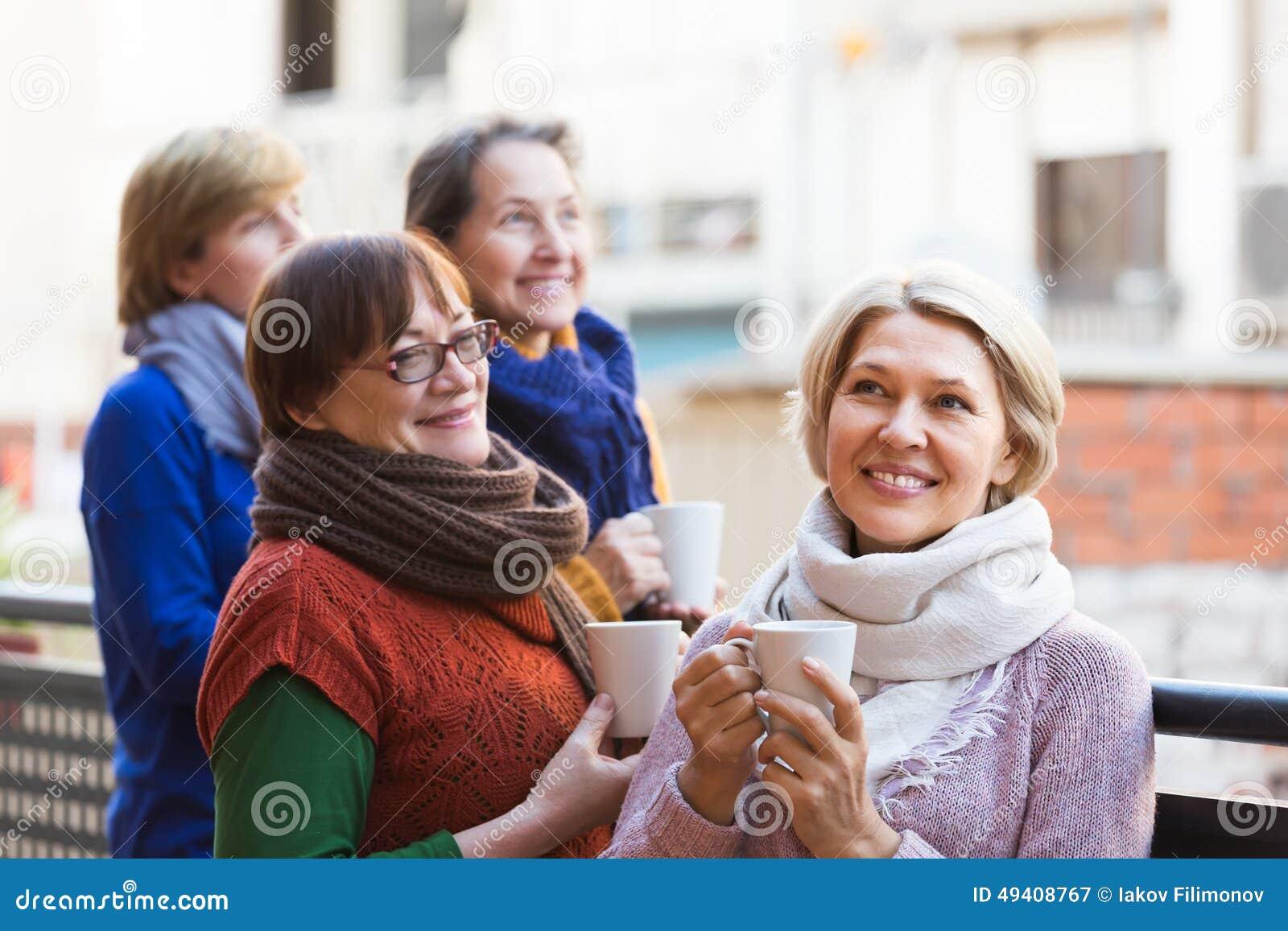 Download Ältere Frauen, Die Tee Am Balkon Trinken Stockbild - Bild von griff, lebensstil: 49408767