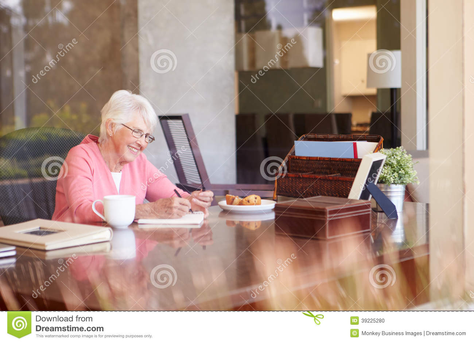 Ältere Frauen-Schreibens-Abhandlungen im Buch am Schreibtisch