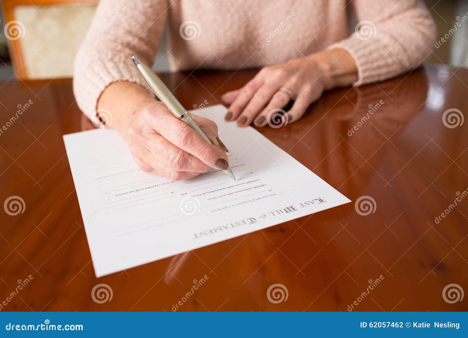 Ältere Frauen-unterzeichnendes Testament zu Hause