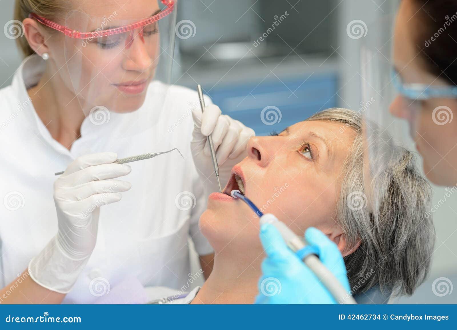 Ältere geduldige Frauenzähne der zahnmedizinischen Teamüberprüfung