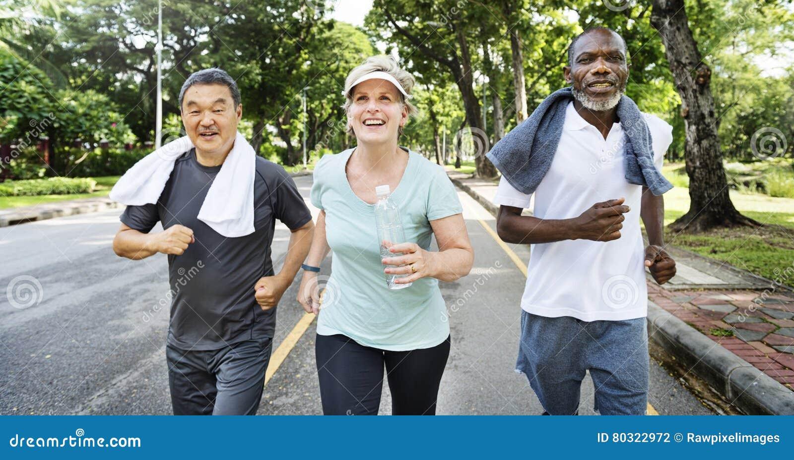 Ältere Gruppen-Freund-Übung entspannen sich Konzept