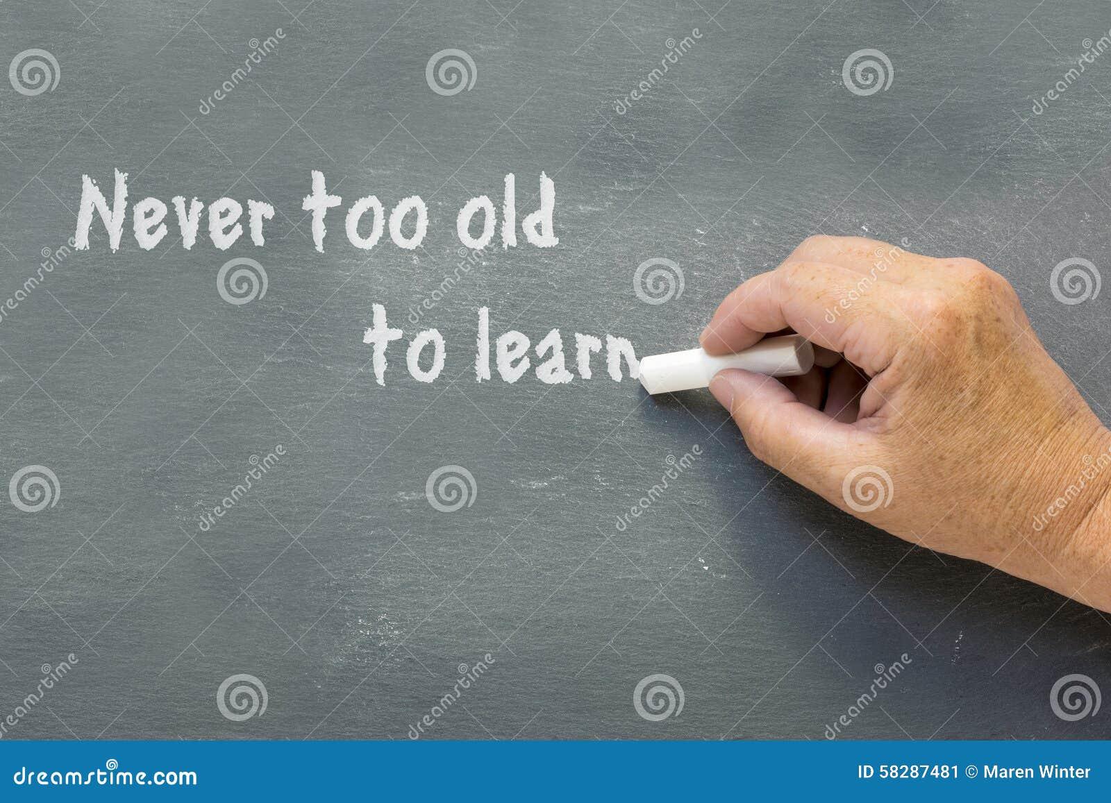 ältere Hand Schreibt Auf Eine Tafel Nie Zu Alt Lernen Stockbild