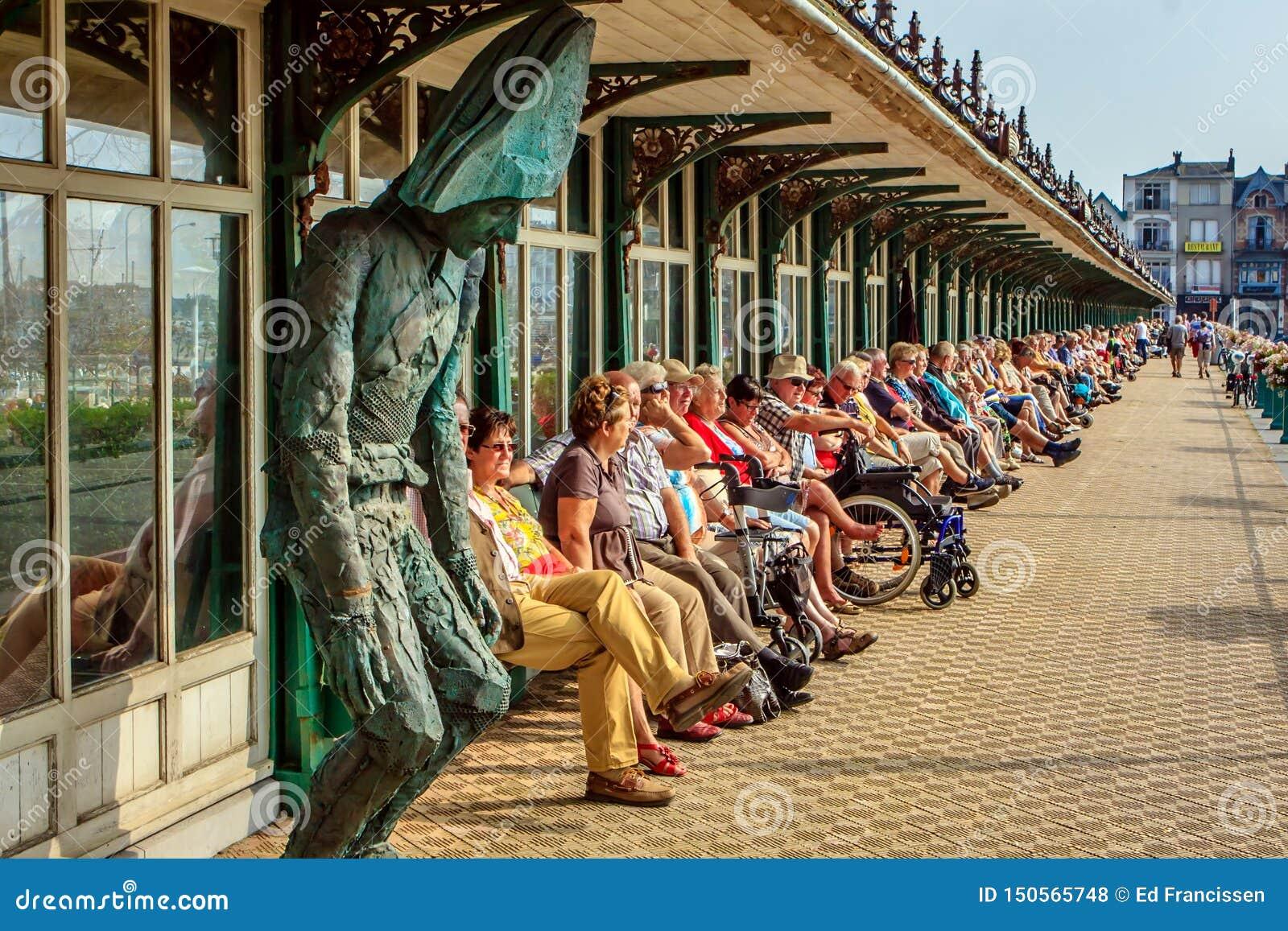 Ältere Leute genießen die Sonne